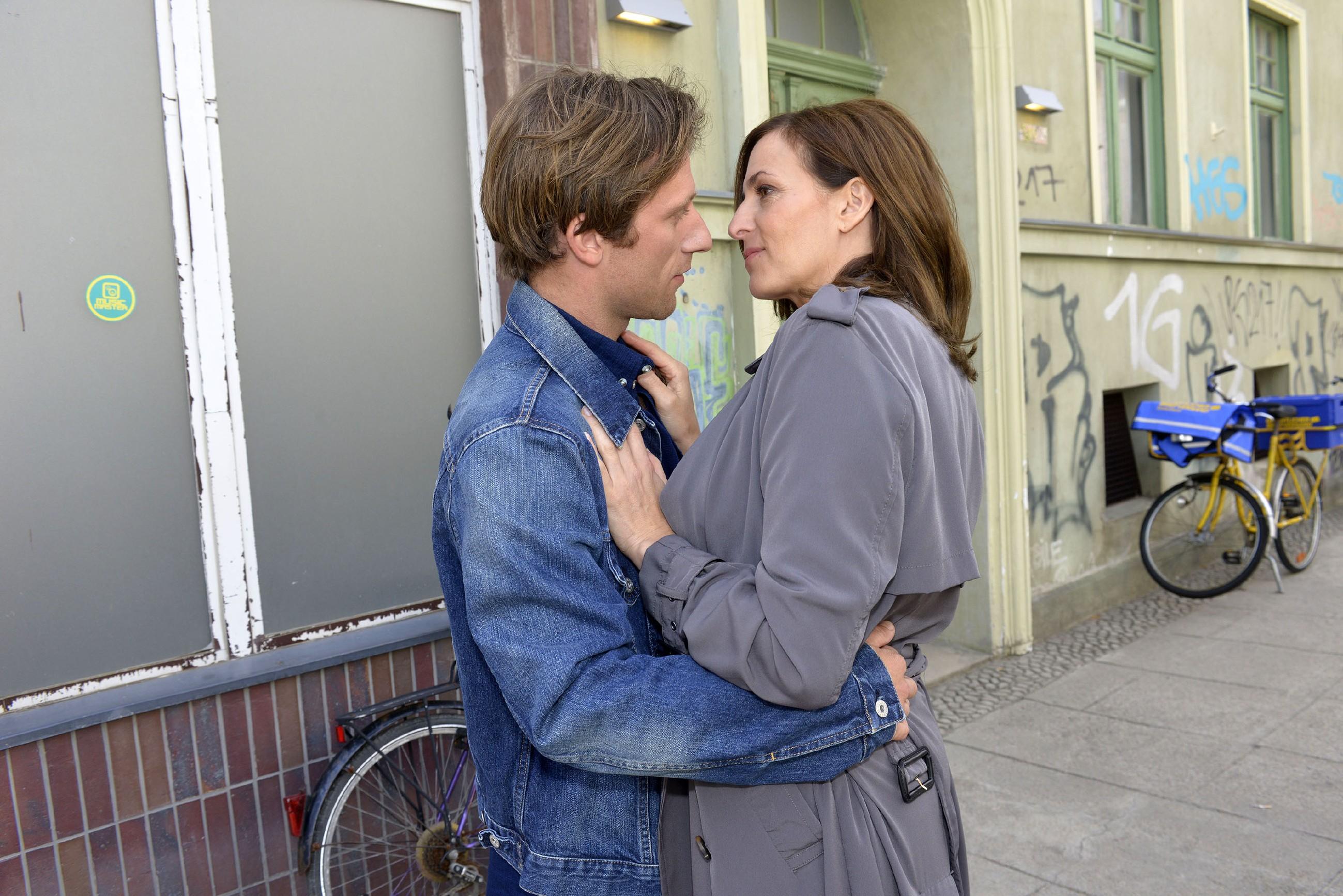 Katrin (Ulrike Frank) ist glücklich, dass Bommel (Merlin Leonhardt) zurückgekehrt ist und ihnen eine zweite Chance gibt... (Quelle: RTL / Rolf Baumgartner)