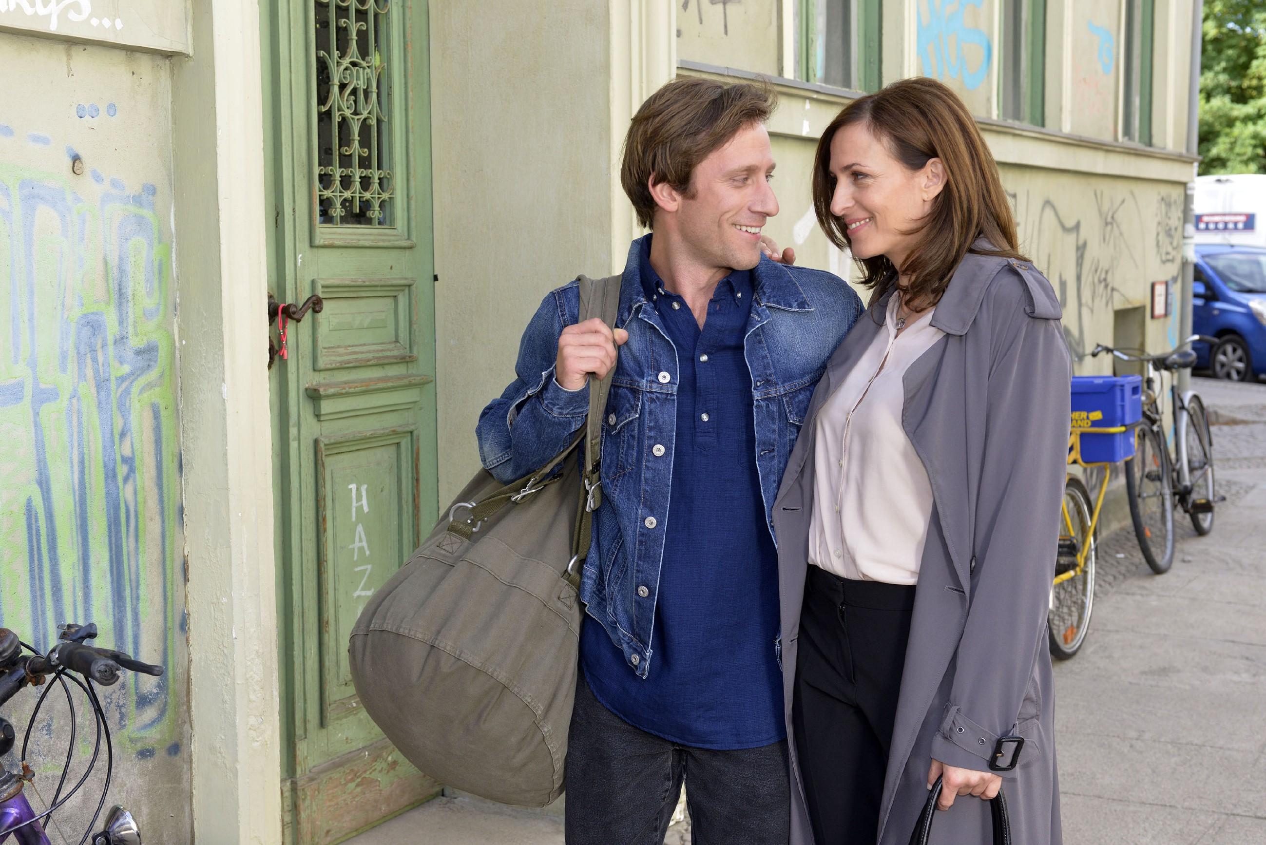 Gerade als Katrin (Ulrike Frank) die Hoffnung auf Bommel (Merlin Leonhardt) längst aufgegeben hat, steht dieser plötzlich wieder vor ihr ... (Quelle: RTL / Rolf Baumgartner)