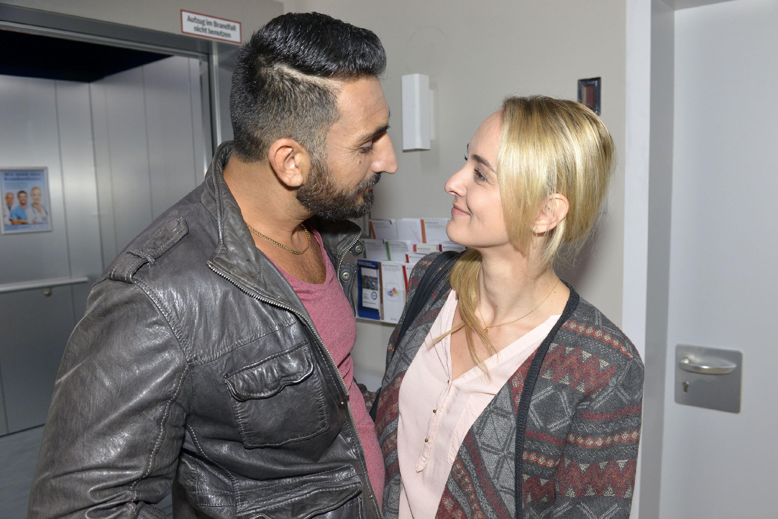 Mesut (Mustafa Alin) hat wieder mit seinen Minderwertigkeitskomplexen zu kämpfen, als ihm ein Abend mit Majas (Anne Catrin Märzke) Arztkollegen bevorsteht. (Quelle: RTL / Rolf Baumgartner)