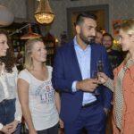 Ayla (Nadine Menz, l.) und Lilly (Iris Mareike Steen, 2.v.l.) hoffen, dass Mesut (Mustafa Alin) den Abend mit Majas (Anne Catrin Märzke) Kollegen locker angehen wird. (Quelle: RTL / Rolf Baumgartner)
