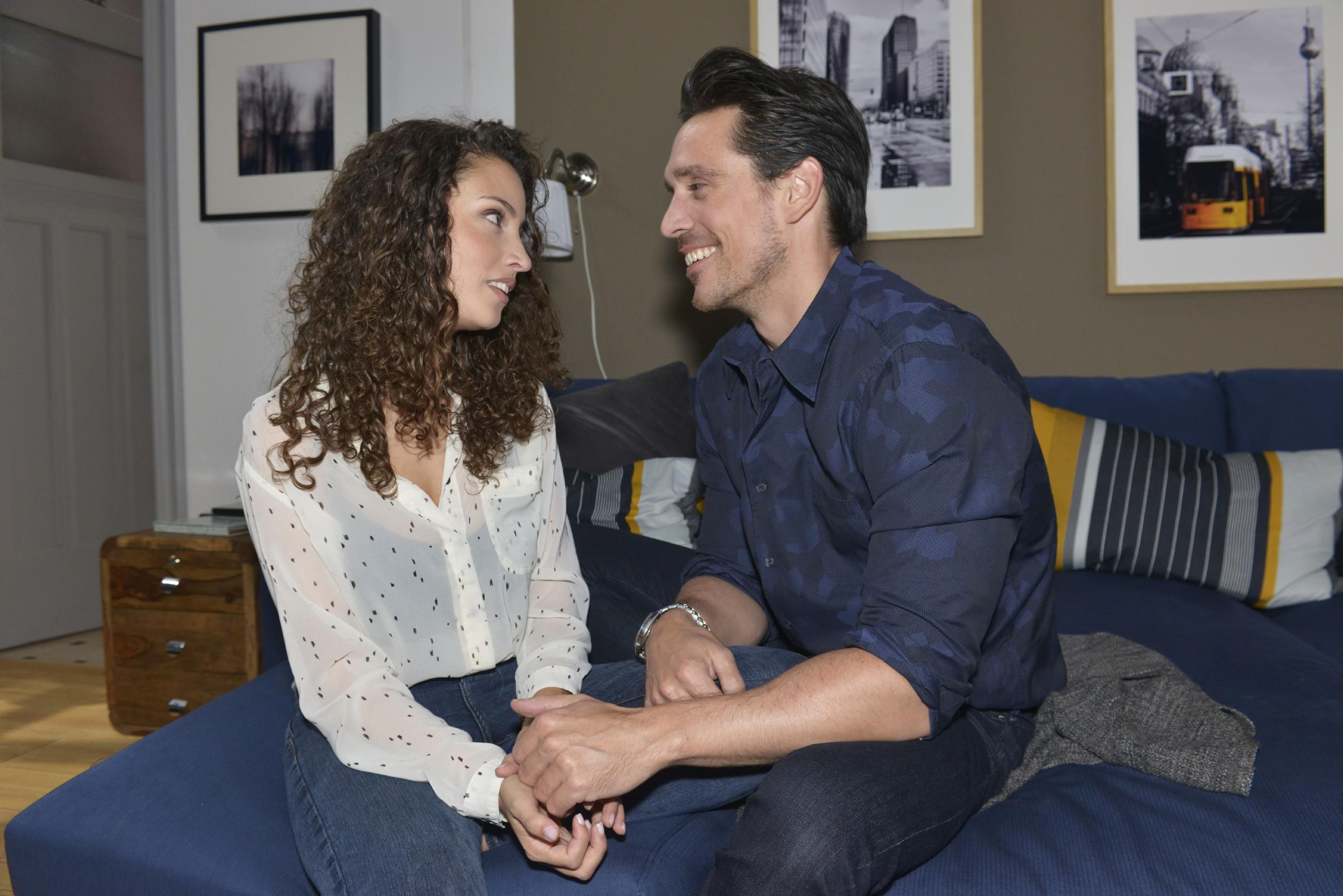 Ayla (Nadine Menz) treibt die Sorge um, dass David (Philipp Christopher) wieder kriminelle Geschäfte abwickelt. (Quelle: RTL / Rolf Baumgartner)