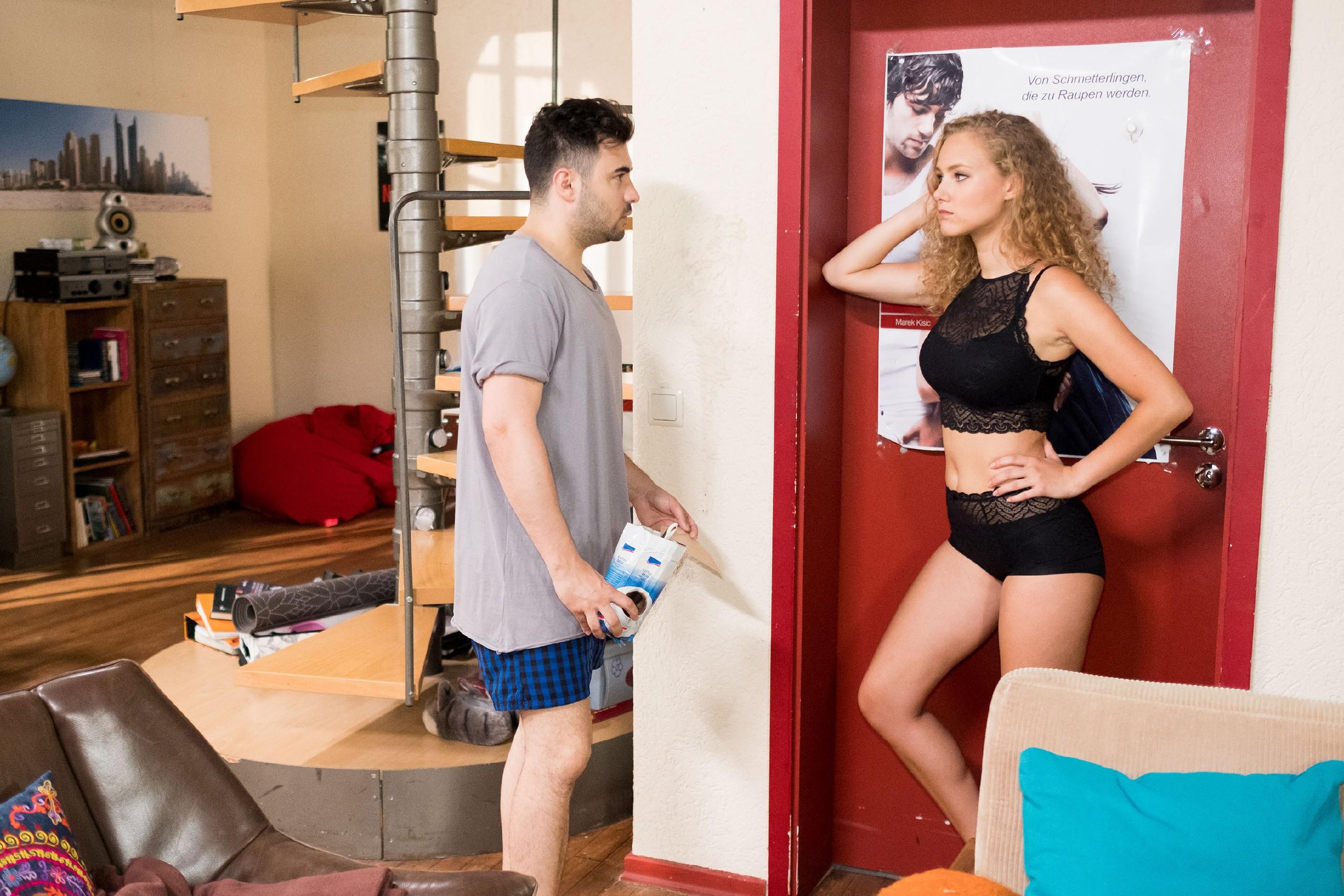 KayC (Pauline Angert) nutzt Easy (Lars Steinhöfel), um ihren Sexyness-Faktor am Mann unter Beweis zu stellen. (Quelle: RTL / Stefan Behrens)