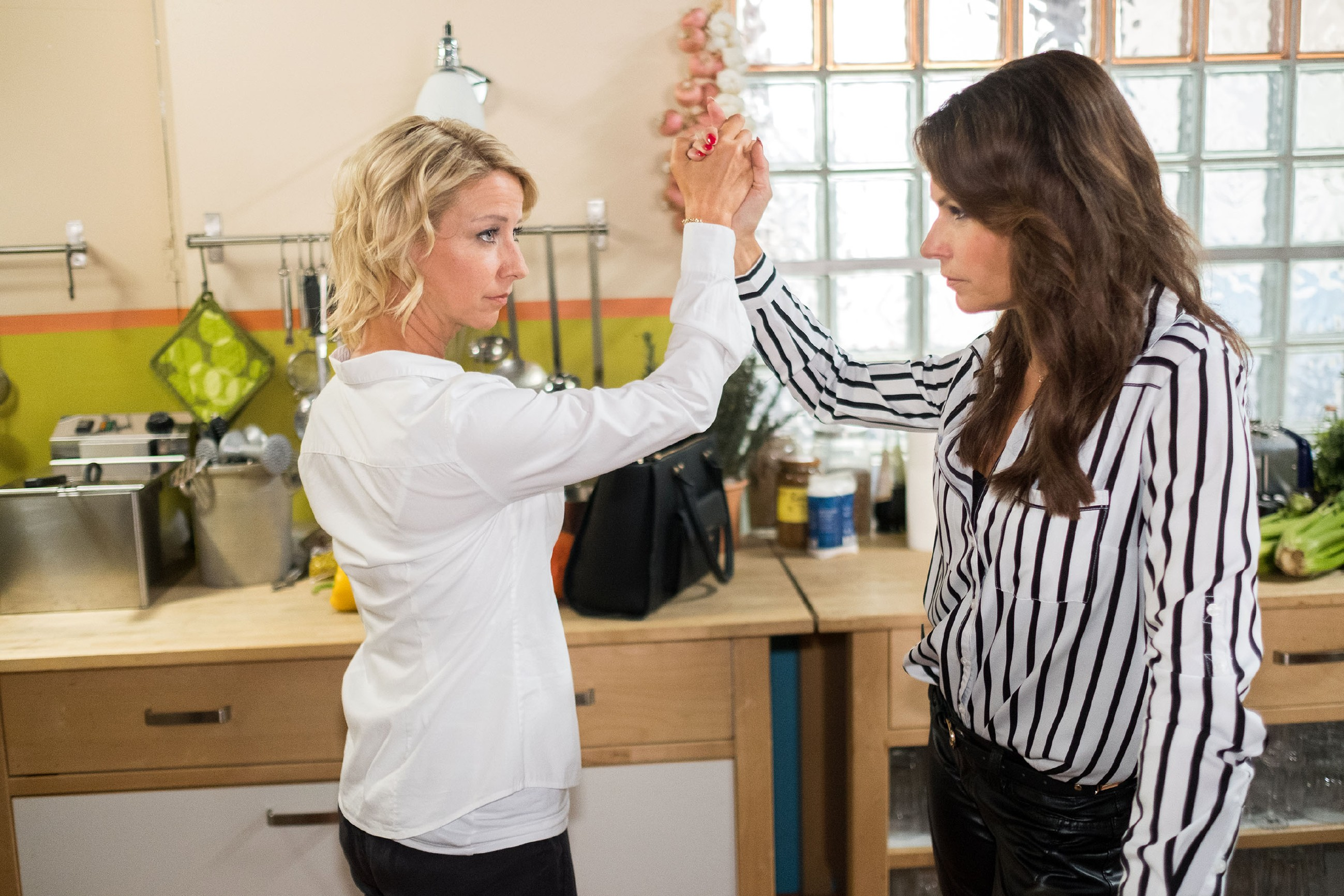 Ute (Isabell Hertel, l.) plant, mit Britta (Tabea Heynig) als Beraterin, die Ehe von Till und Eva zu zerstören. (Quelle: RTL / Stefan Behrens)