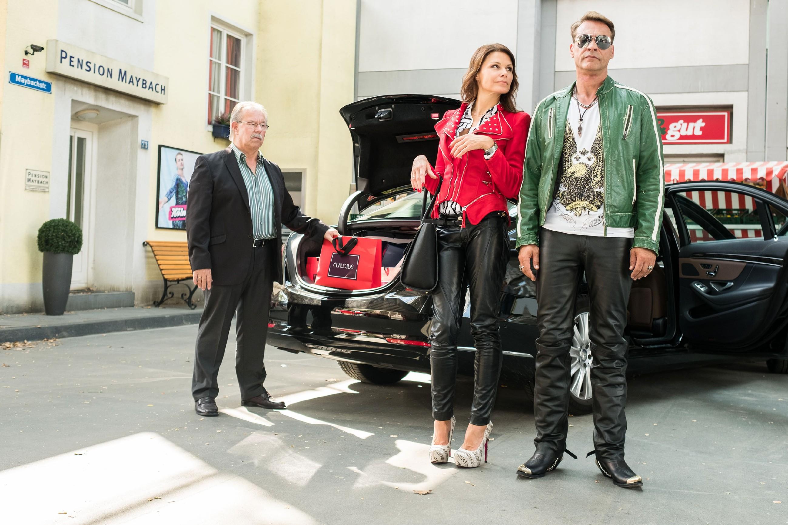 Britta (Tabea Heynig) und Rufus (Kai Noll, r.) genießen ihren neuen Reichtum in vollen Zügen und zelebrieren, neu eingekleidet, ihren großen Auftritt in der Schillerallee. (Quelle: RTL / Stefan Behrens)