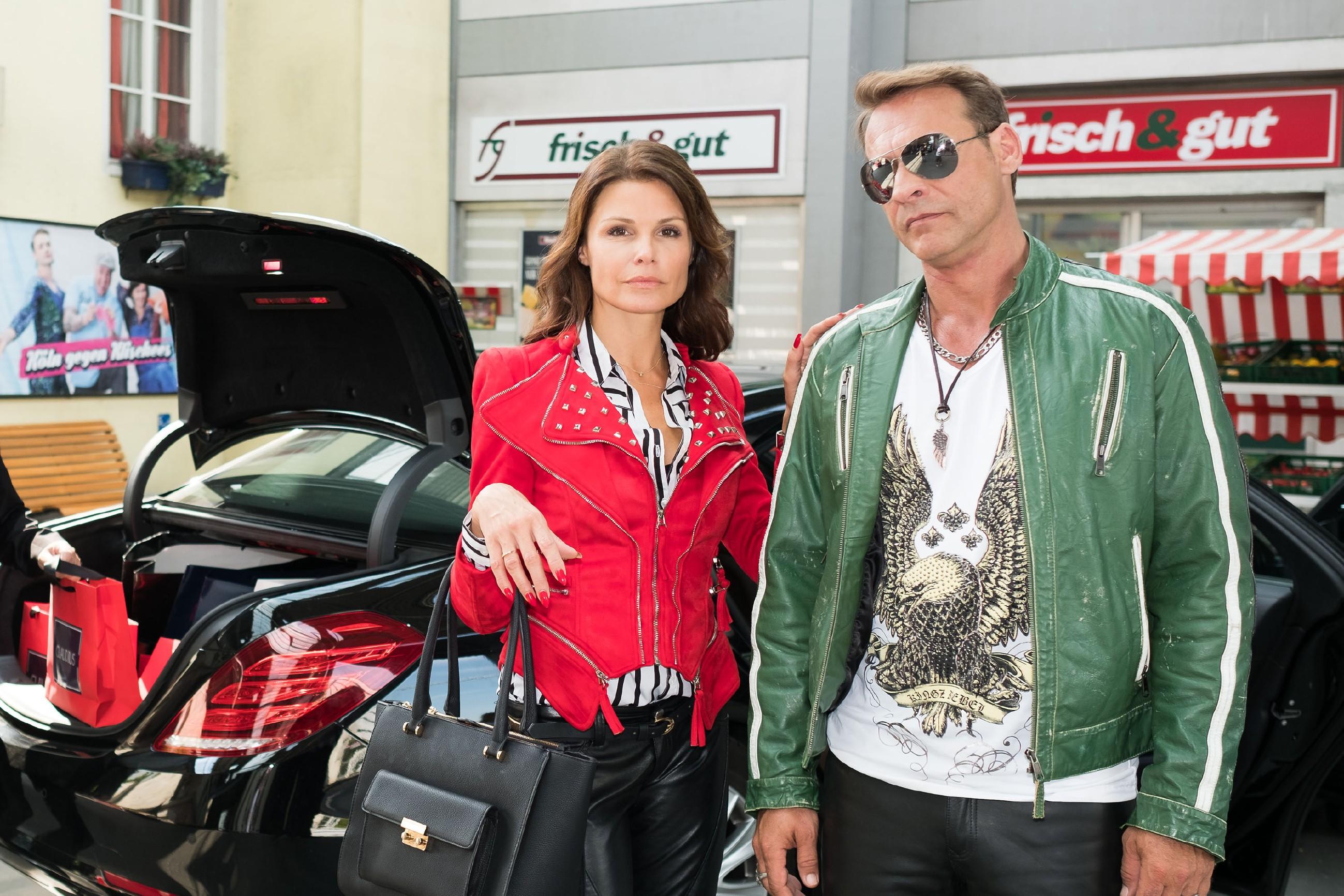 Britta (Tabea Heynig) und Rufus (Kai Noll) genießen ihren neuen Reichtum in vollen Zügen und zelebrieren, neu eingekleidet, ihren großen Auftritt in der Schillerallee. (Quelle: RTL / Stefan Behrens)