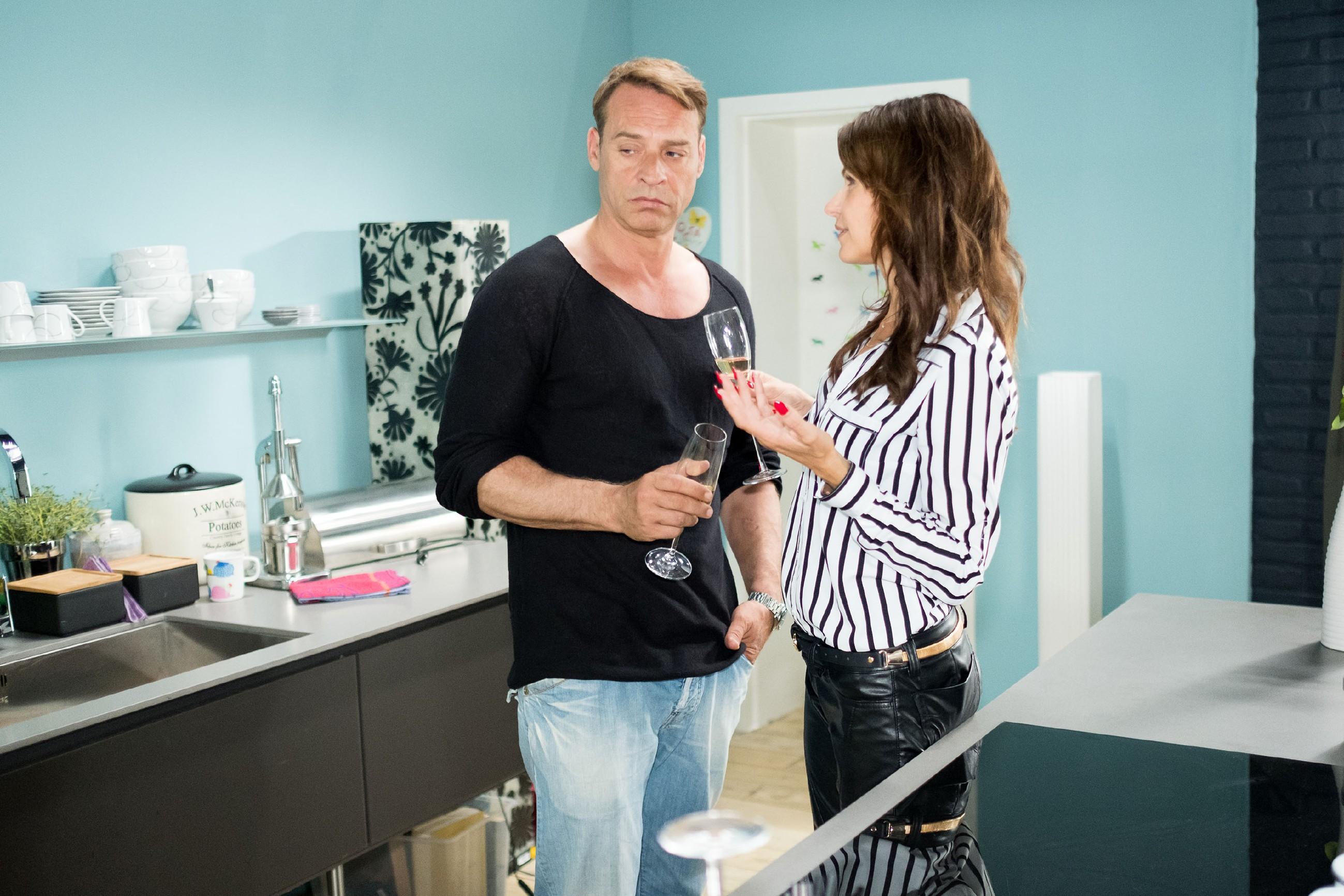 Rufus (Kai Noll) ist nicht sonderlich begeistert von Brittas (Tabea Heynig) Vorstellung einer Feier. (Quelle: RTL / Stefan Behrens)