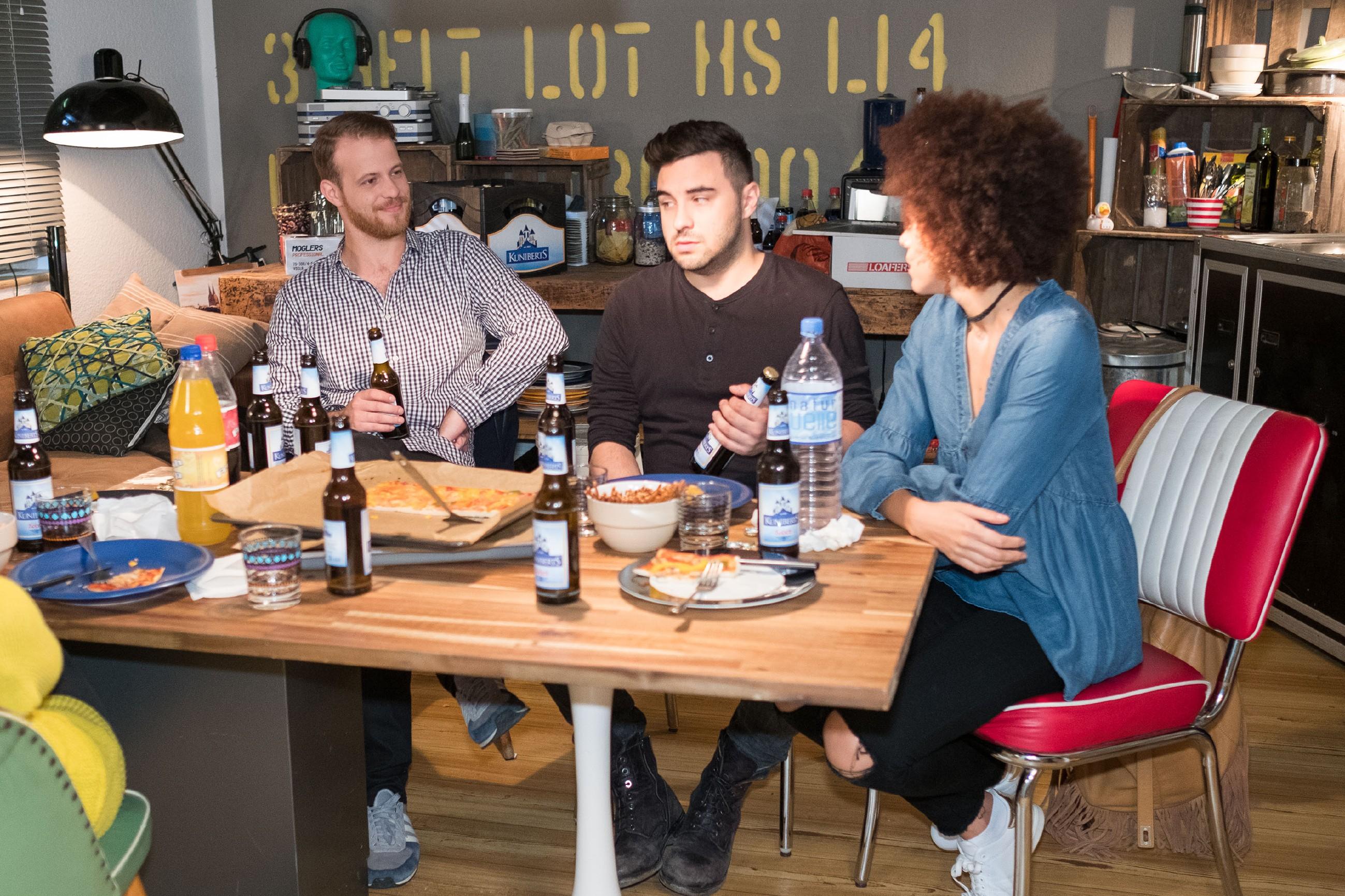 Tobias (Patrick Müller, l.) lässt sich im Beisein von Easy (Lars Steinhöfel) dazu hinreißen, Micki (Joy Lee Abiola-Müller) und ihren Verlobten zu beleidigen. (Quelle: RTL / Stefan Behrens)