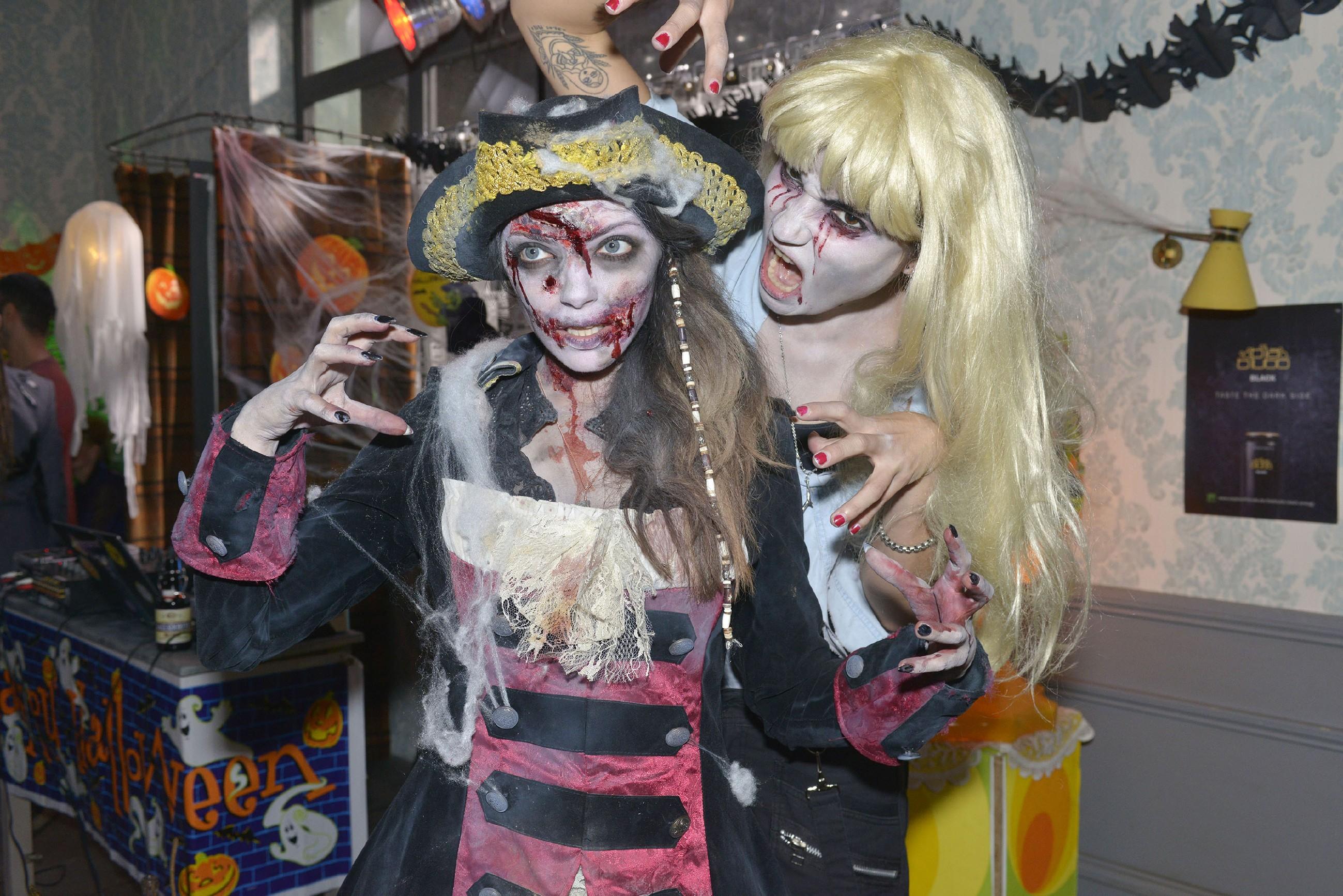Emily (Anne Menden, l.) und Anni (Linda Marlen Runge) haben sich gruselig-morbide kostümiert und amüsieren sich auf einer Halloweenparty. (Quelle: RTL / Rolf Baumgartner)