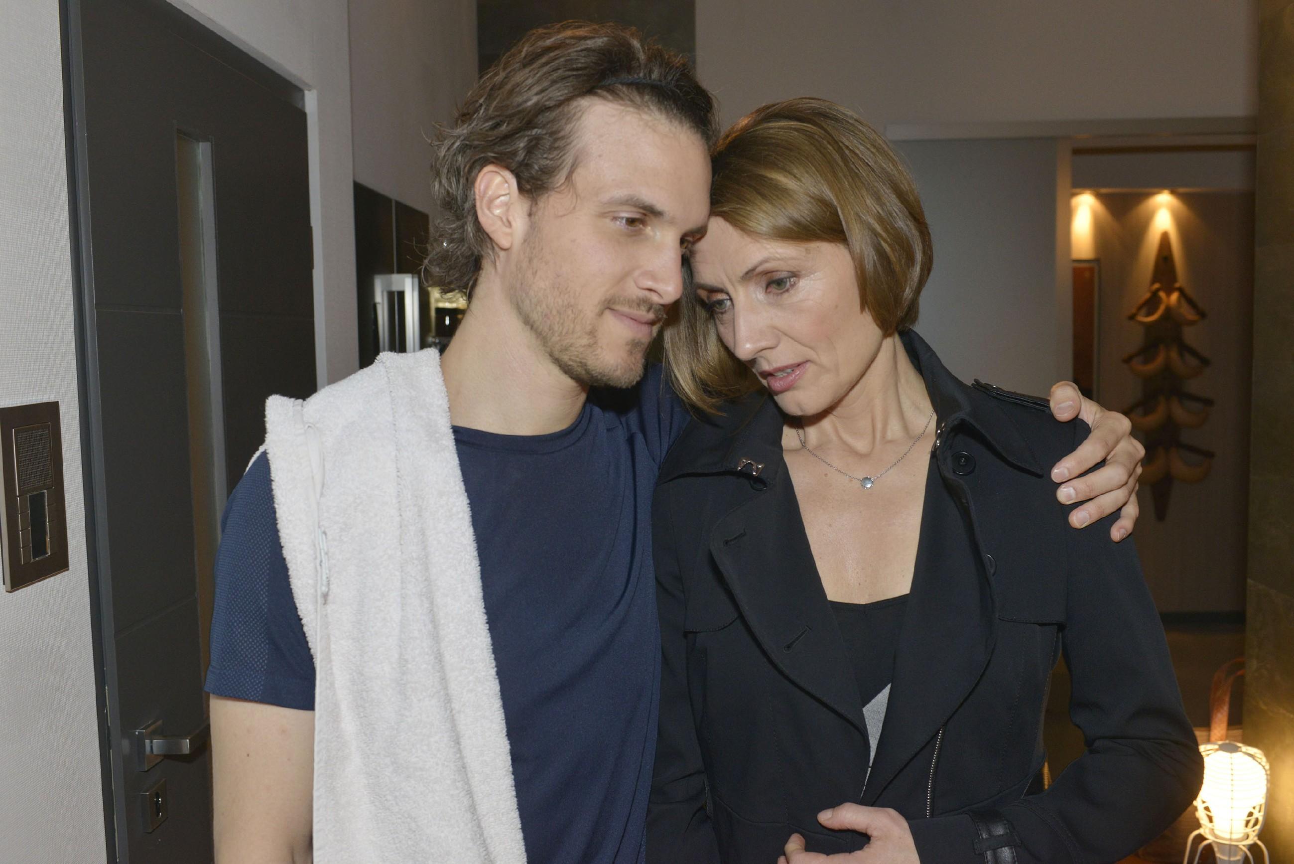 Felix (Thaddäus Meilinger) versucht Rosa (Joana Schümer) zu trösten, die sich Chris' Vorwürfe sehr zu Herzen nimmt. (Quelle: RTL / Rolf Baumgartner)