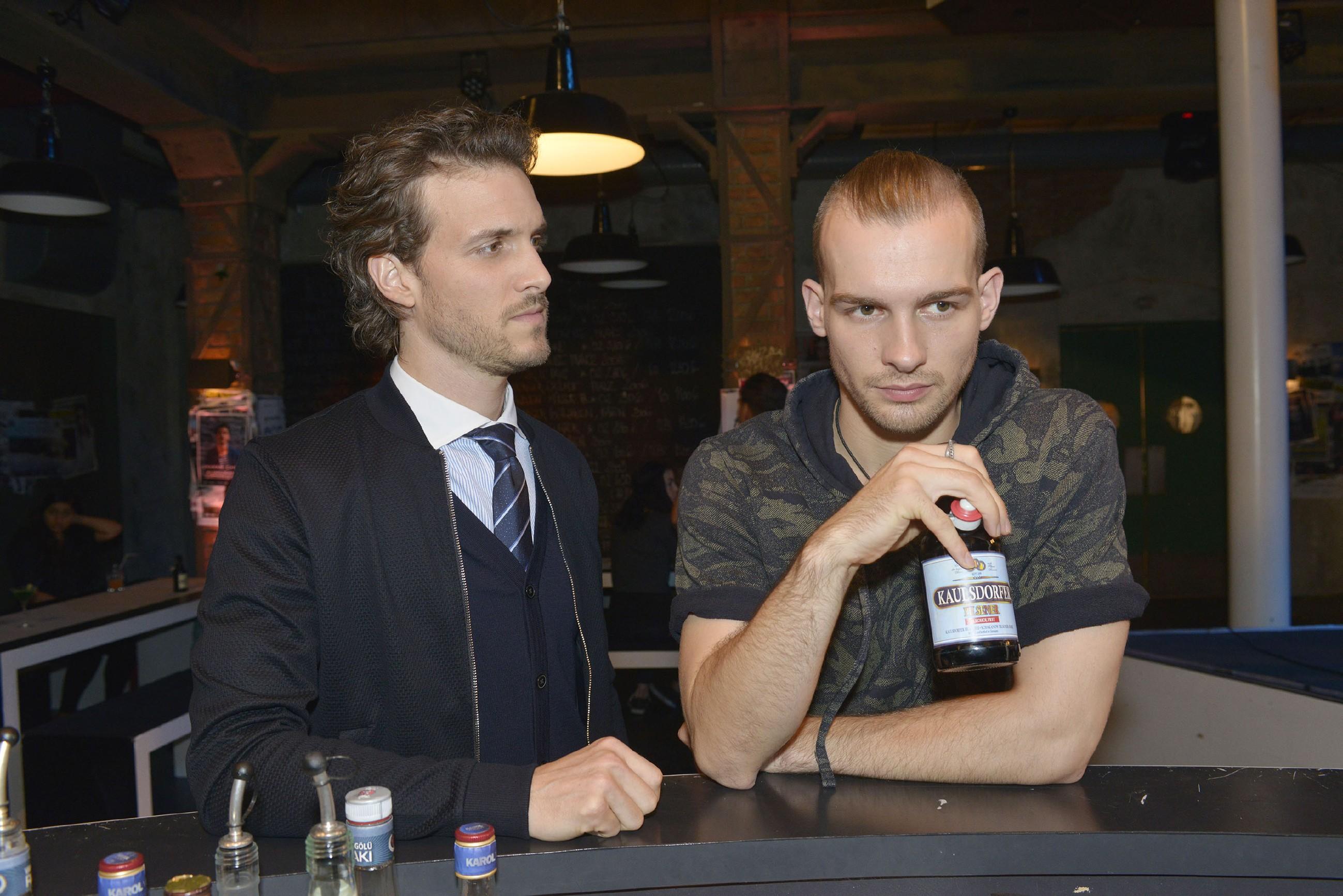 Chris (Eric Stehfest, r.) muss sich nach Felix' (Thaddäus Meilinger) Ansage fragen, ob er Rosa zu Unrecht Vorwürfe gemacht hat. (Quelle: RTL / Rolf Baumgartner)