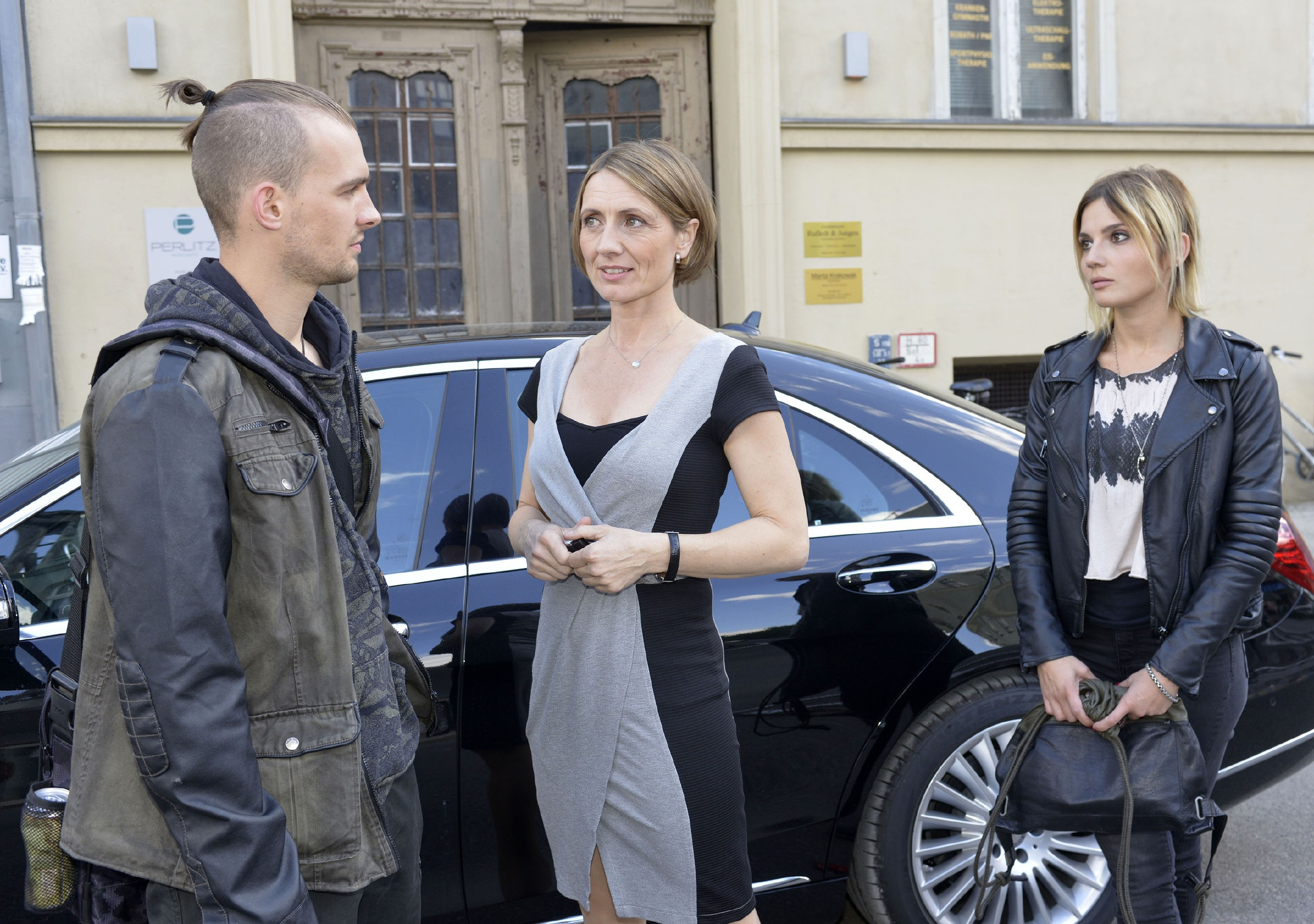 Chris (Eric Stehfest) fällt aus allen Wolken, als er mitbekommt, dass seine Mutter Rosa (Joana Schümer, M.) auf Frauen steht und offenbar mit Anni (Linda Marlen Runge) zusammen ist. (Quelle: RTL / Rolf Baumgartner)