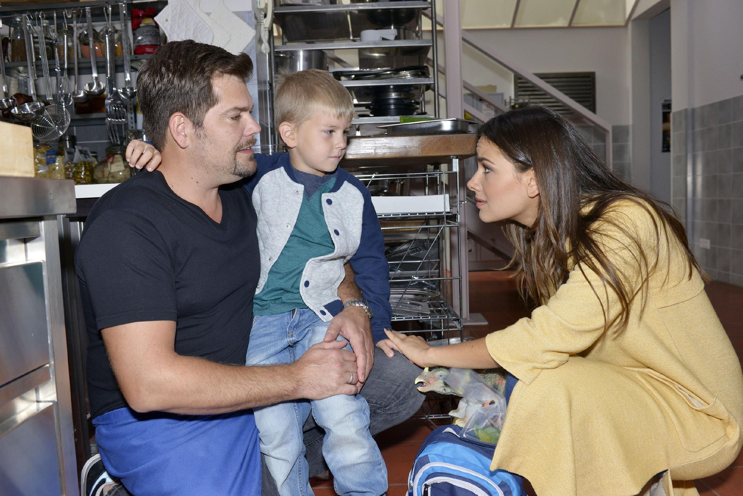Jasmin (Janina Uhse) erkennt, dass Leon (Daniel Fehlow, l.) mit der Betreuung von Oscar und seiner Arbeit im Mauerwerk überfordert ist. (Quelle: RTL / Rolf Baumgartner)