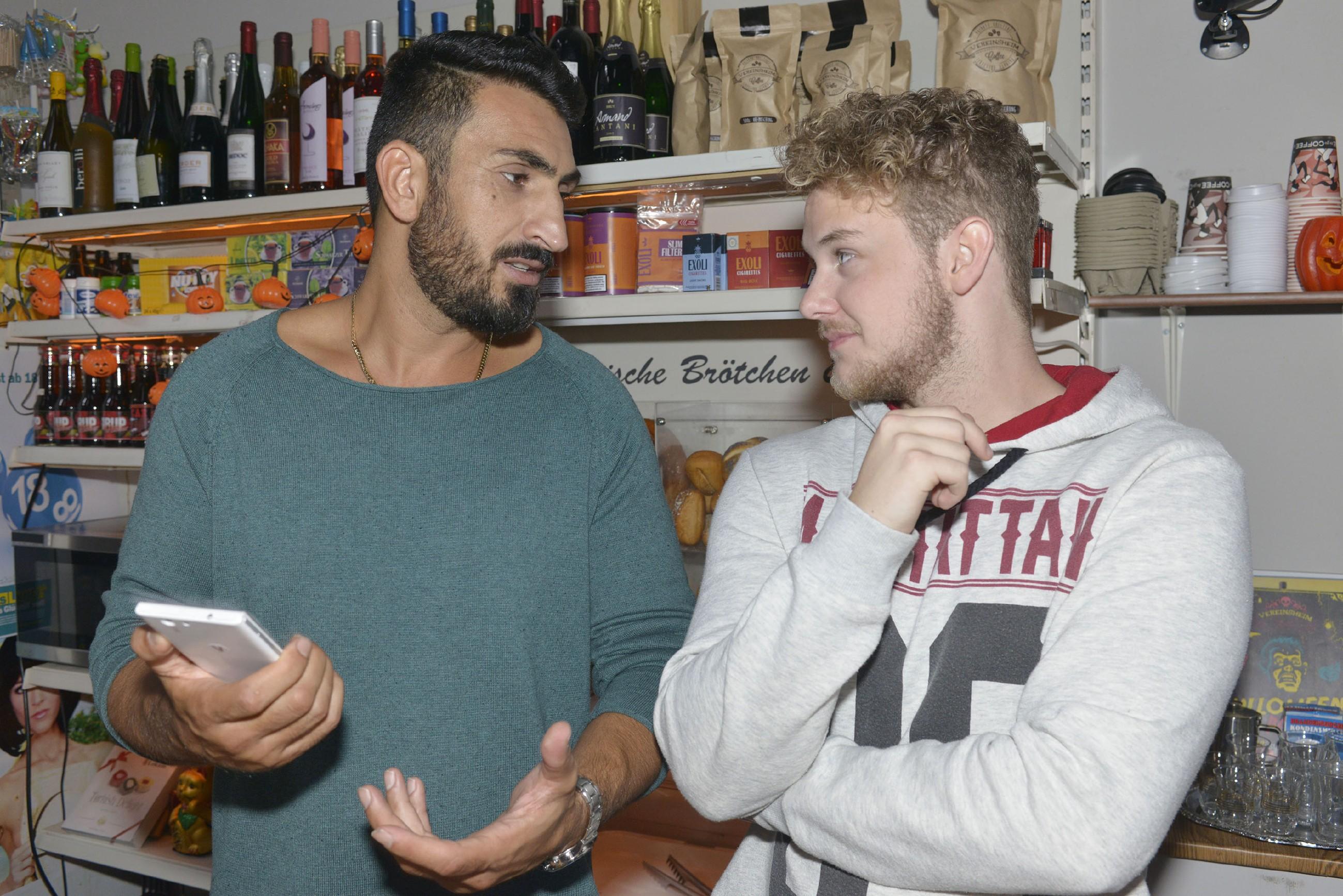 Jonas (Felix van Deventer, r.) wird klar, dass Mesut (Mustafa Alin) mit der Handyreparatur überfordert ist. (Quelle: RTL / Rolf Baumgartner)