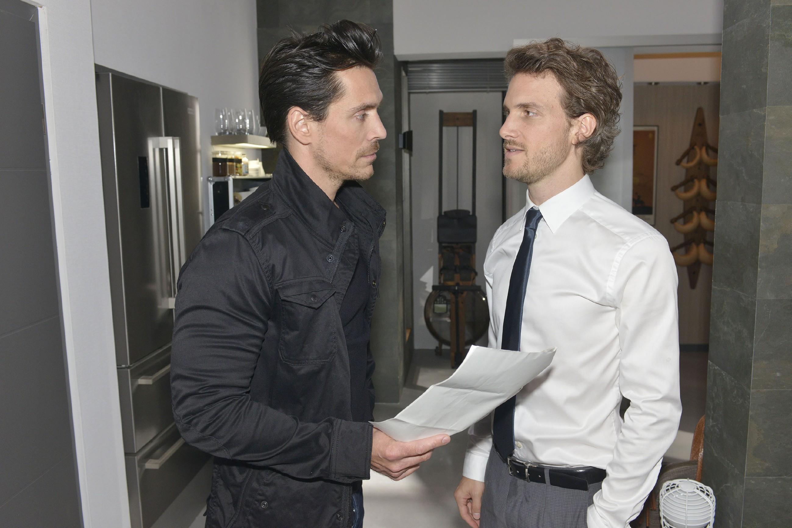 Als Felix (Thaddäus Meilinger) ihm einen todsicheren Insidertipp zuspielt, denkt David (Philipp Christopher, l.) über einen allerletzten Deal nach. (Quelle: RTL / Rolf Baumgartner)
