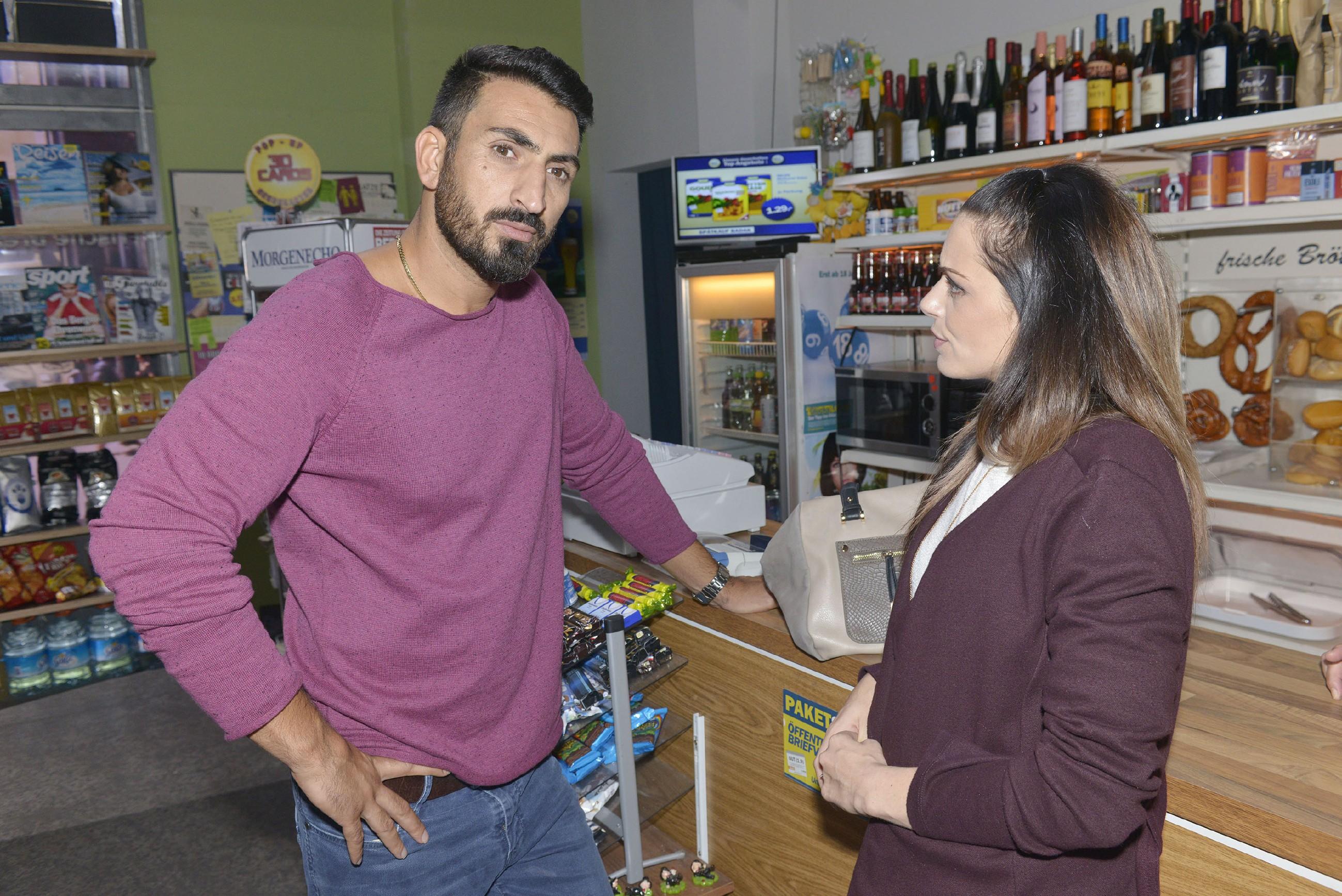 Emily (Anne Menden) ist der Ansicht, dass Mesut (Mustafa Alin) sich bezüglich seiner Beziehung mit Maja etwas vormacht. (Quelle: RTL / Rolf Baumgartner)