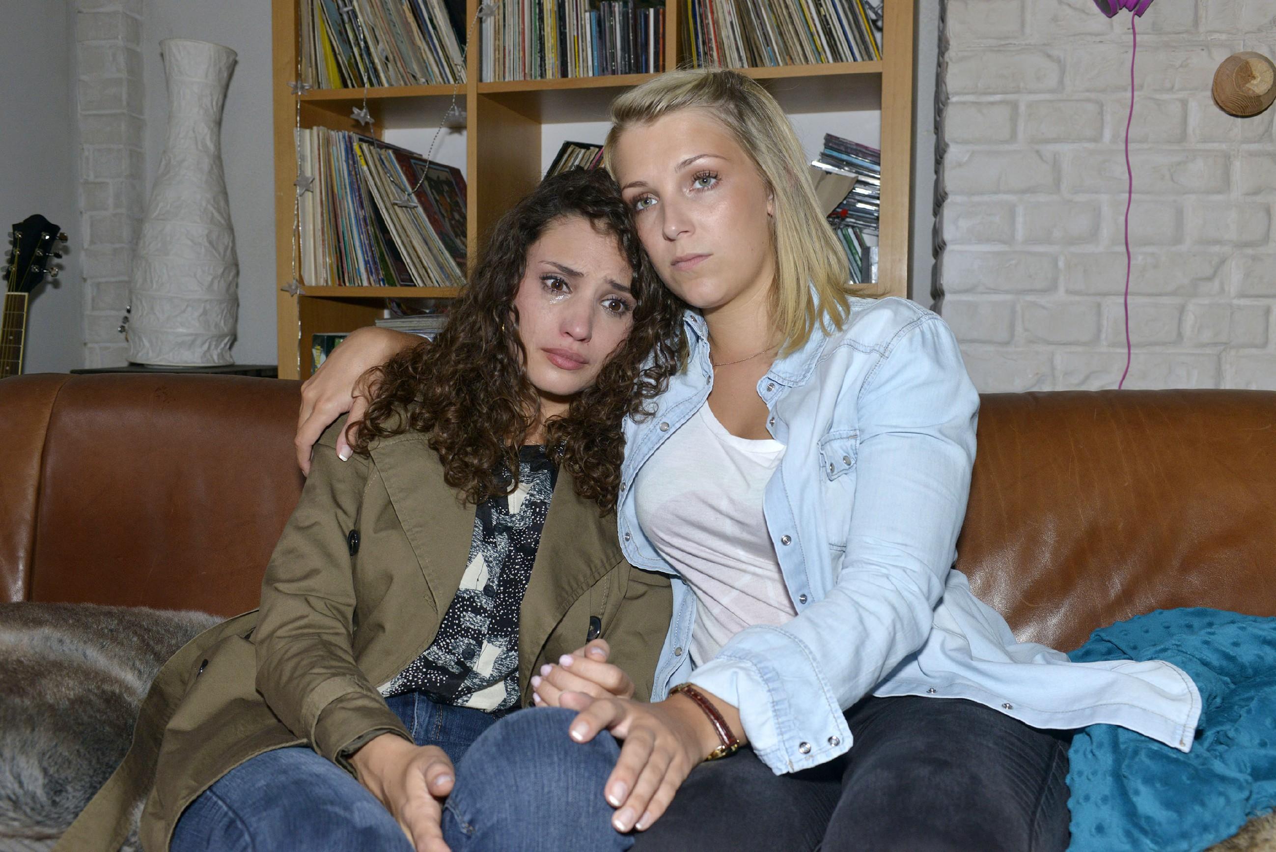 Ayla (Nadine Menz, l.) hat ihr Vertrauen in David verloren und sucht verzweifelt Zuflucht bei Lilly (Iris Mareike Steen) in der WG. (Quelle: RTL / Rolf Baumgartner)