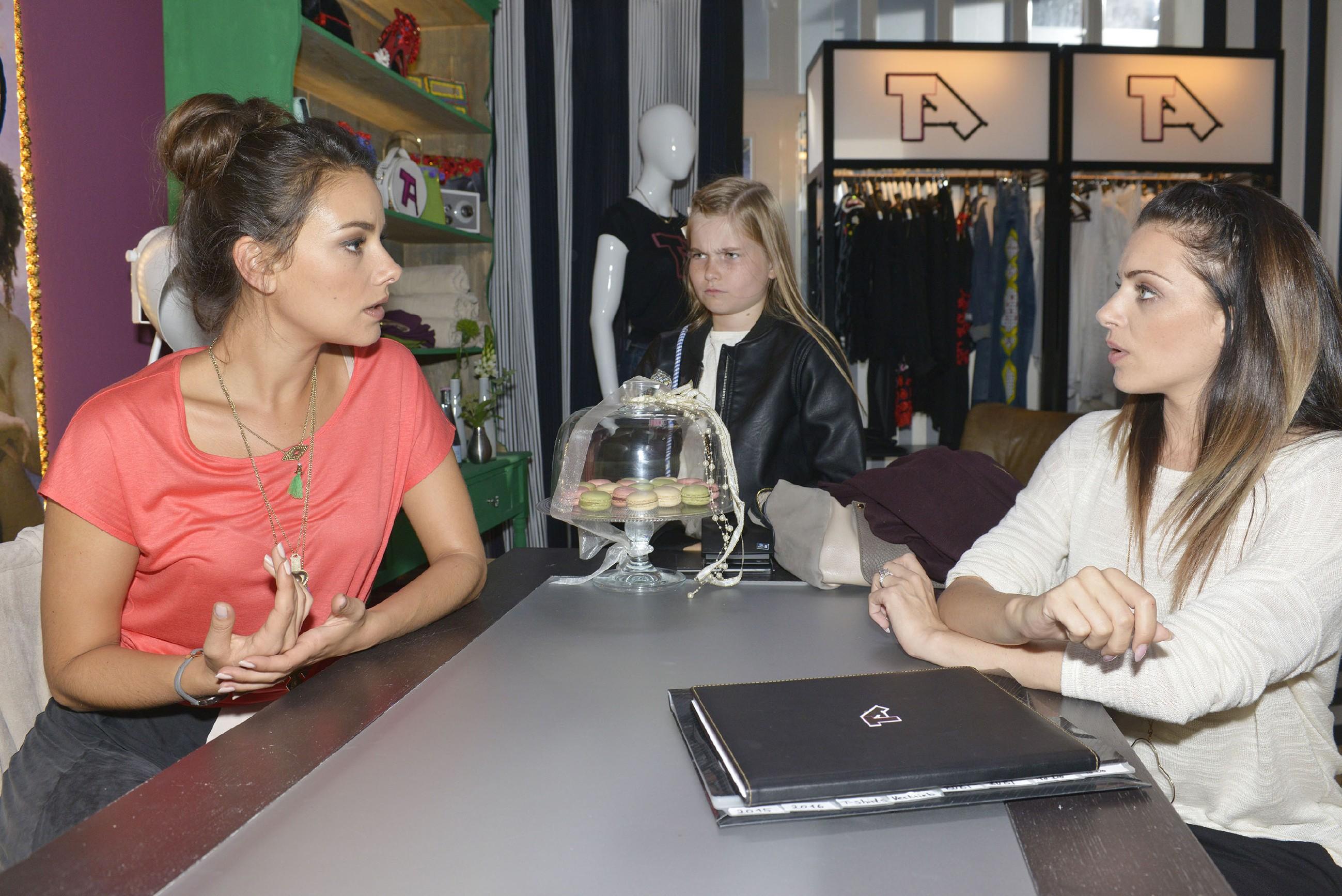Jasmin (Janina Uhse, l.) und Emily (Anne Menden, r.) sind bei Tussi Attack so im Arbeitsstress, dass Jasmin entgeht, dass ihre kleine Schwester Johanna (M.) Rat bei ihr sucht. (Quelle: RTL / Rolf Baumgartner)