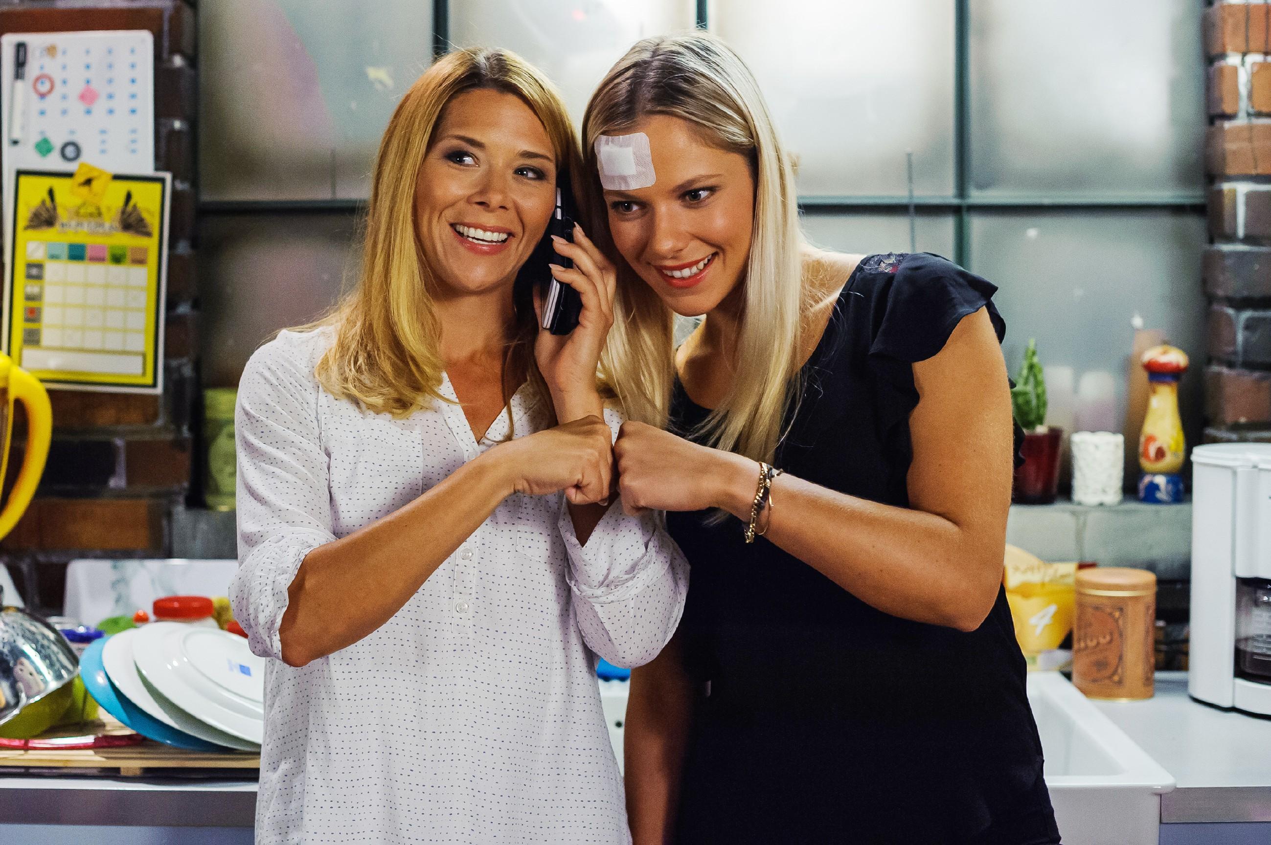 Diana (Tanja Szewczenko, l.) und Marie (Cheyenne Phade) erklŠären sich bereit, auf Simones Angebot einzugehen - allerdings zu ihren Bedingungen. (Quelle: RTL / Julia Feldhagen)