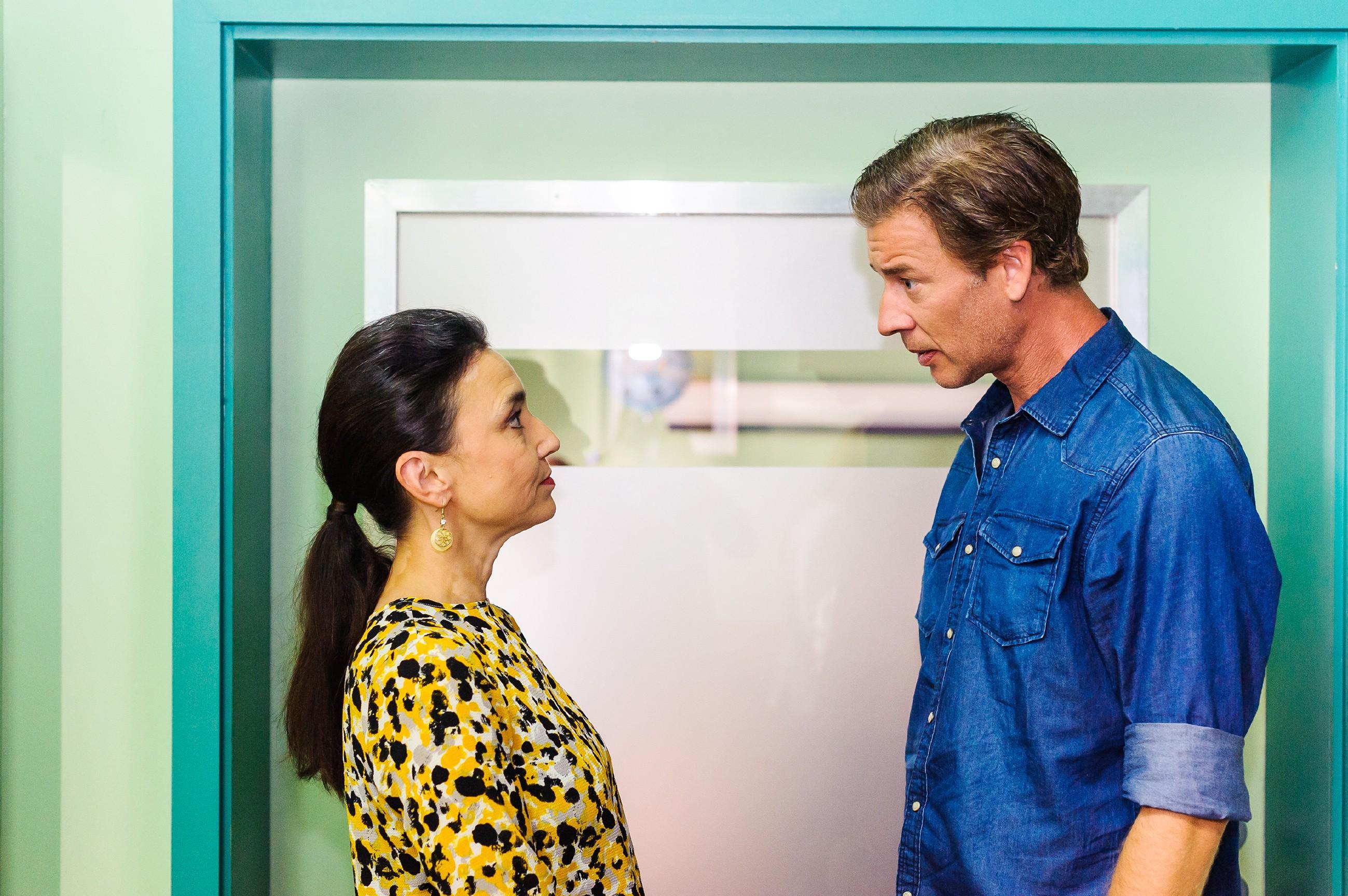 Simone (Tatjana Clasing) bespricht mit Christoph (Lars Korten), dass Marie und Diana zurück in den Kader kommen. (Quelle: RTL / Julia Feldhagen)