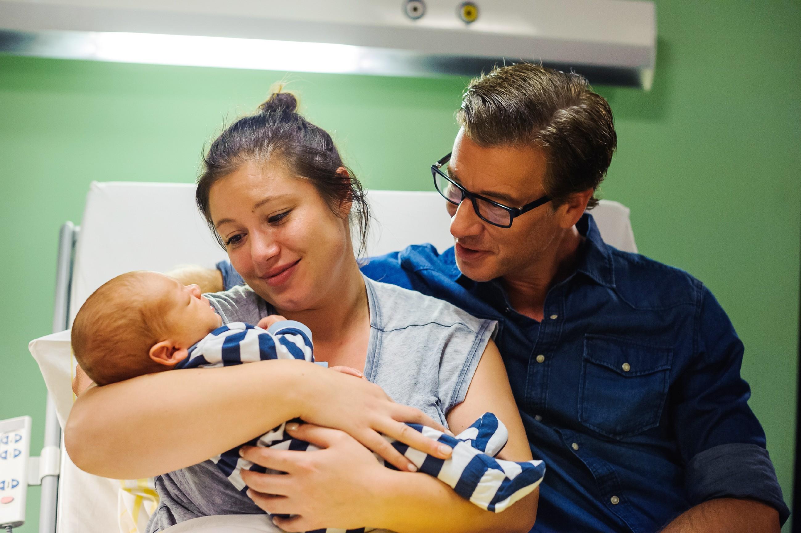 Vanessa (Julia Augustin) und Christoph (Lars Korten) schwelgen im Babyglück. (Quelle: RTL / Julia Feldhagen)