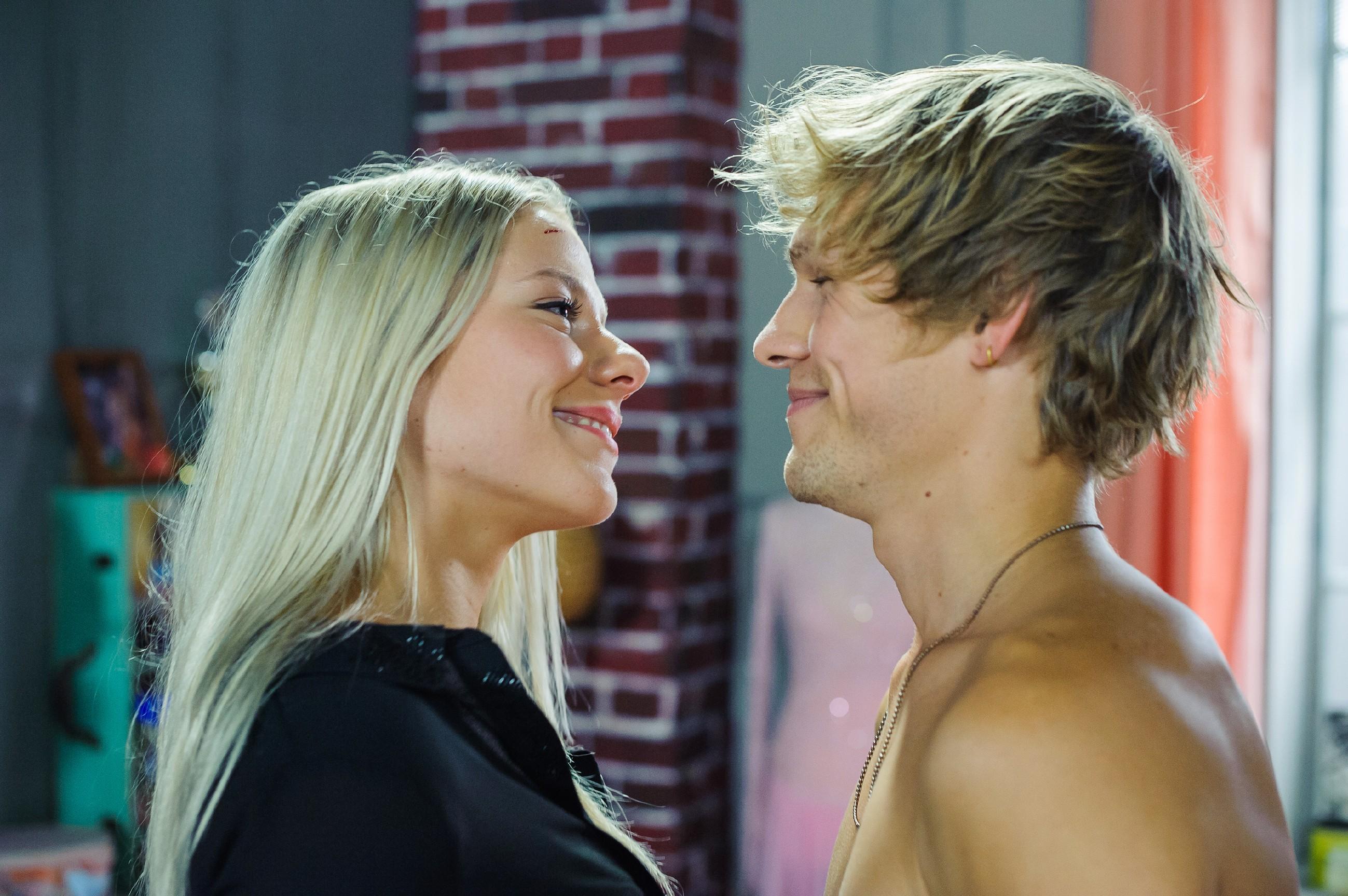 Marie (Cheyenne Phade) will das Leben etwas leichter angehen und lässt sich kurz entschlossen auf einen heißen Flirt mit Milan (Remo Schulze) ein. (Quelle: RTL / Julia Feldhagen)