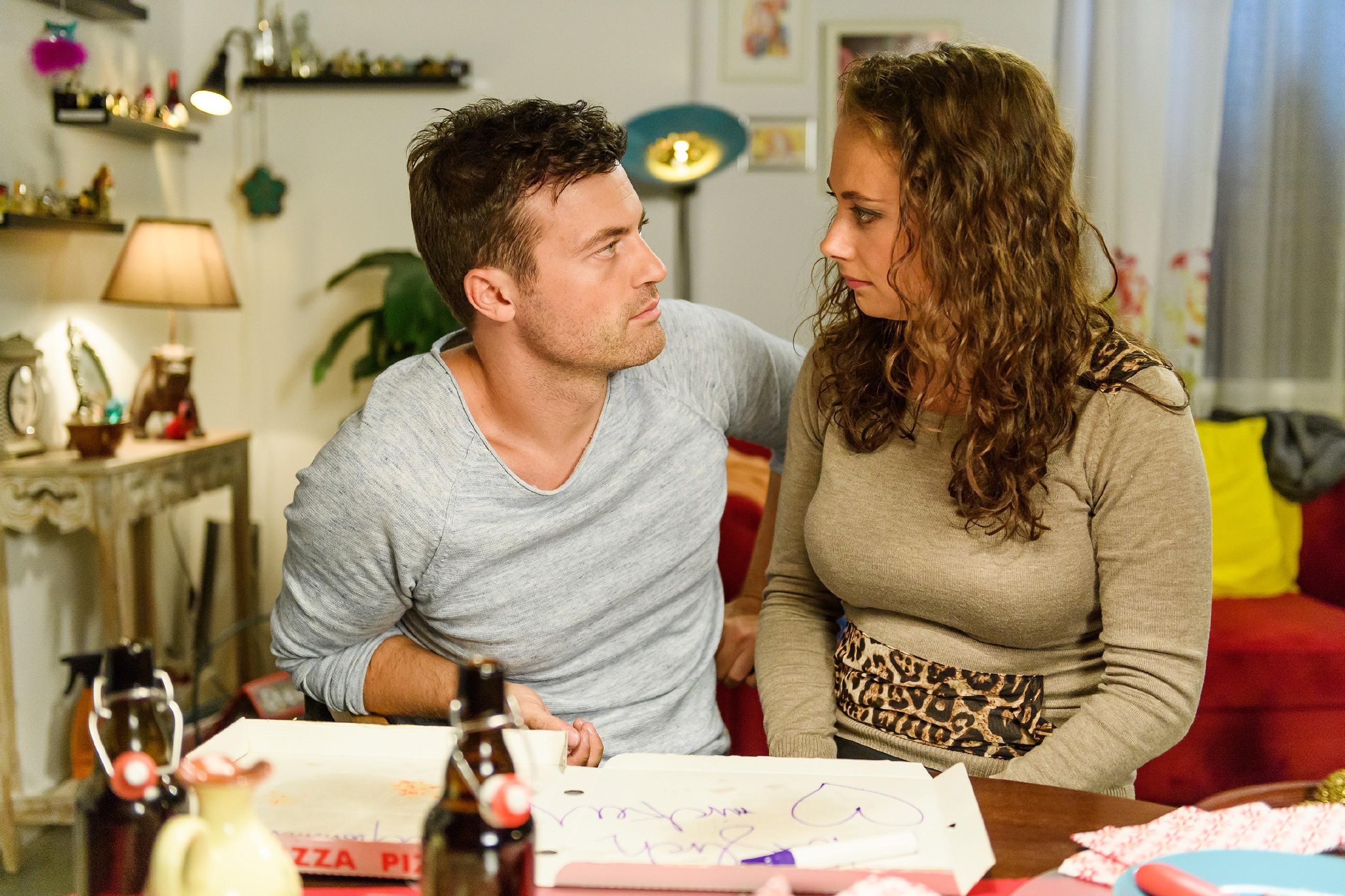 Carmen (Heike Warmuth) fragt sich besorgt, wo Michelle bleibt und lässt sich von Ben (Jörg Rohde) beruhigen. (Quelle: RTL / Willi Weber)