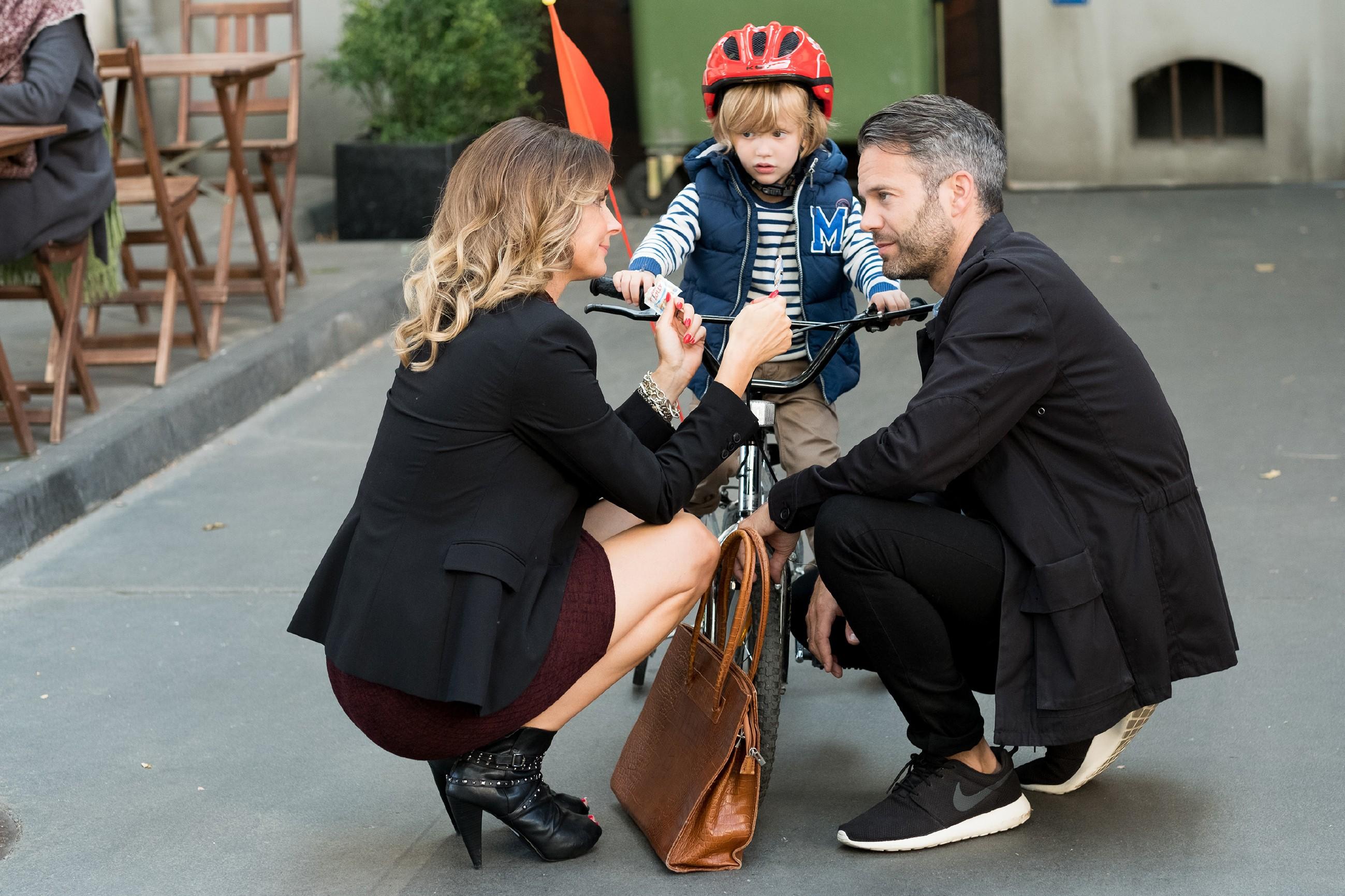 Eva (Claudelle Deckert) ist erleichtert, als Till (Ben Ruedinger) im Beisein von Noah auf ihren Versöhnungsversuch eingeht. (Quelle: RTL / Stefan Behrens)