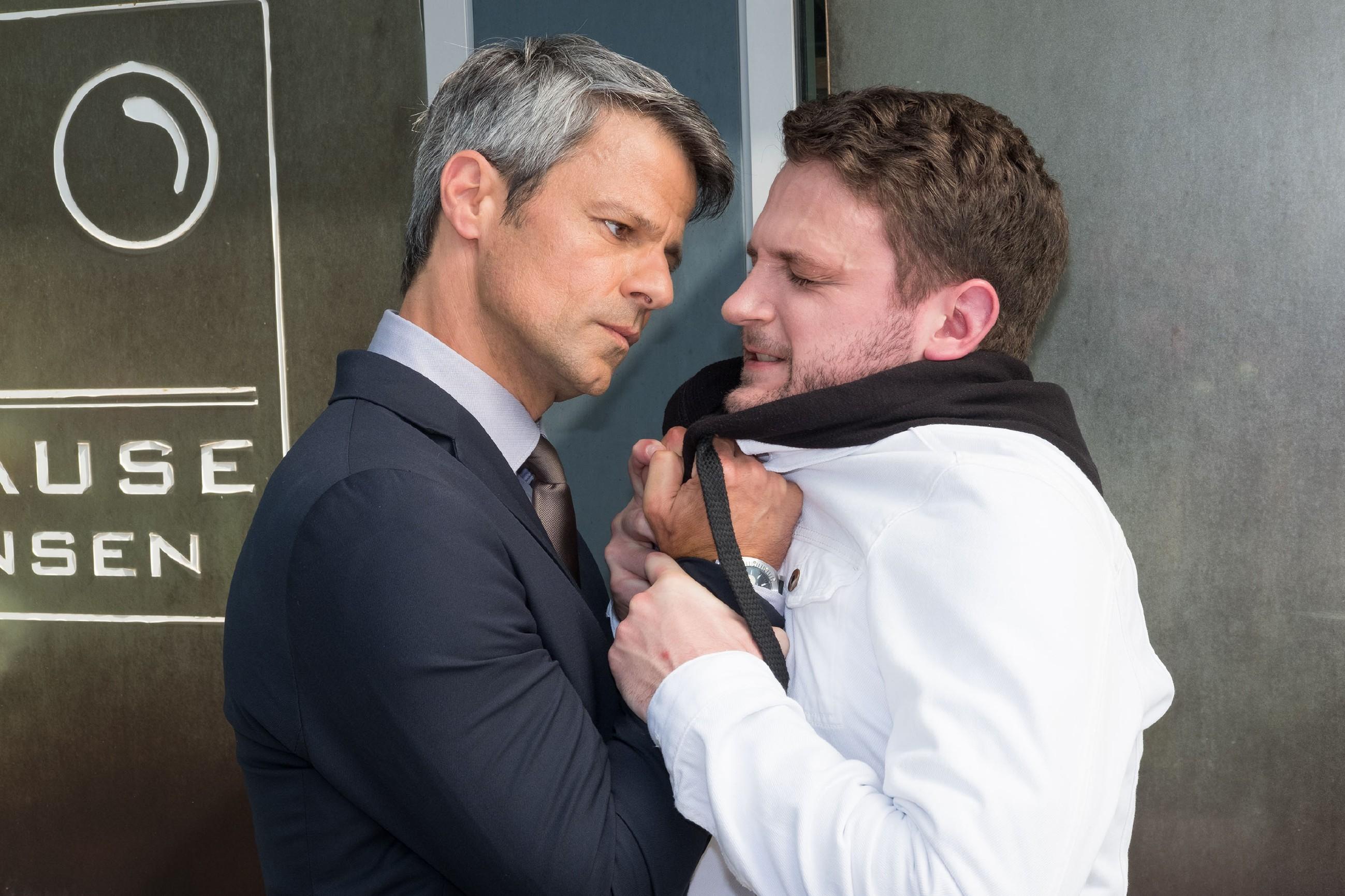 Als Benedikt (Jens Hajek, l.) erneut von Mario (Arne Rudolf) provoziert wird, sieht er rot... (Quelle: RTL / Stefan Behrens)