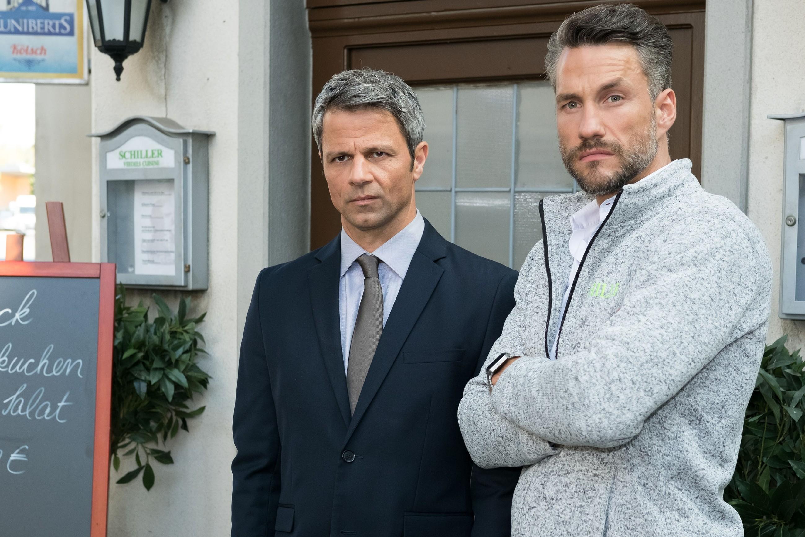 Während Malte (Stefan Bockelmann) von Valentins diplomatischem Eingreifen beeindruckt ist, fühlt Benedikt (Jens Hajek, l.) sich gedemütigt und entmachtet. (Quelle: RTL / Stefan Behrens)