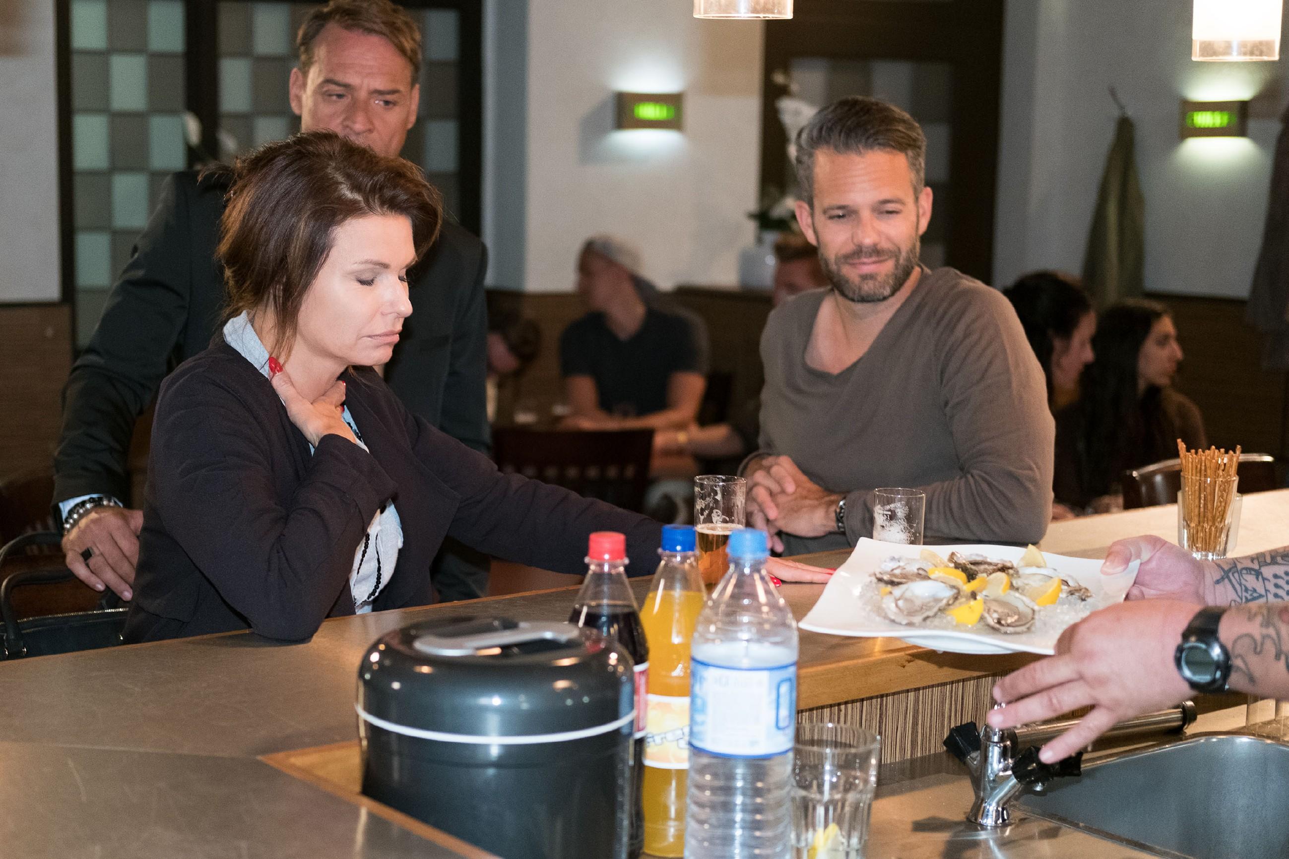 Als Britta (Tabea Heynig) sich bei Rufus (Kai Noll) und Till (Ben Ruedinger, r.) versöhnlich zeigt, stößt ihr ihr neuer Luxus-Lebensstil gründlich auf... (Quelle: RTL / Stefan Behrens)