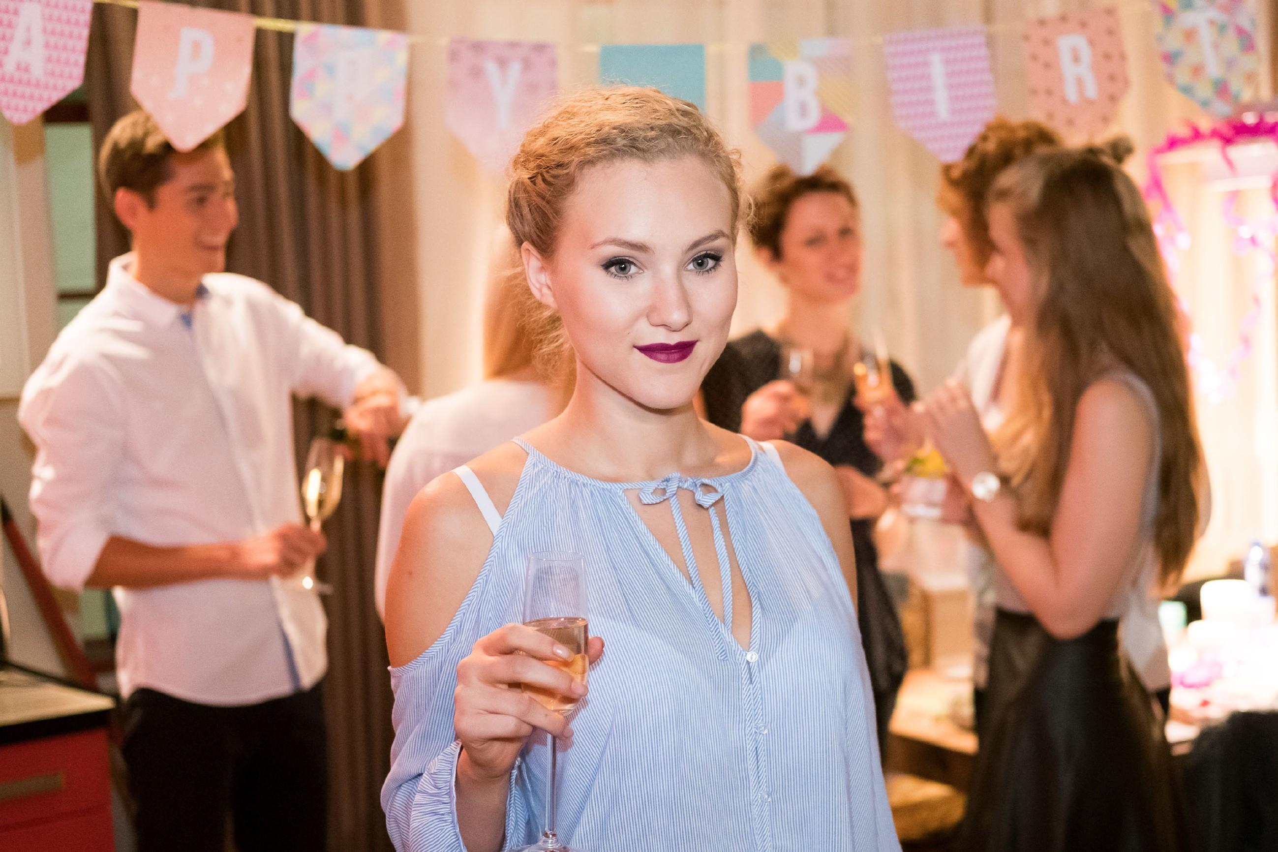 KayCs (Pauline Angert) Plan, Tobias' Party zu crashen, ist voll aufgegangen. (Quelle: RTL / Stefan Behrens)