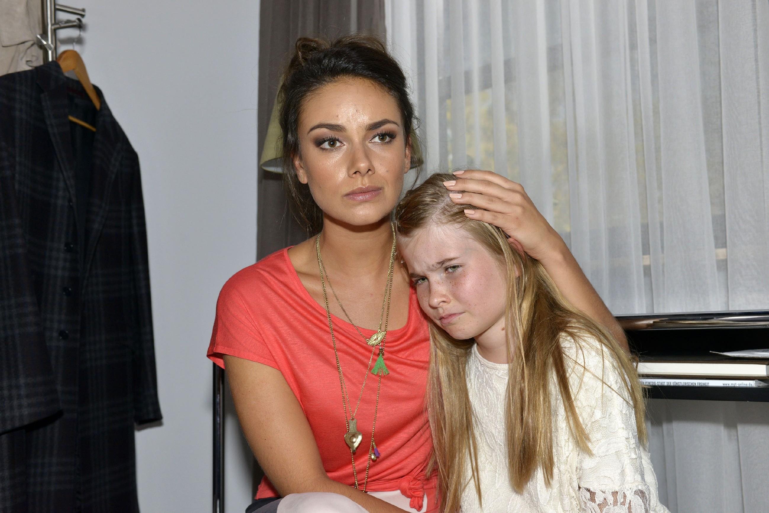 Jasmin (Janina Uhse, l.) ist betroffen, als sie erfährt, dass Johanna seit der geplatzten Hochzeit von Gerner und Katrin im Internat fiesen Lästereien ausgesetzt ist. (Quelle: RTL / Rolf Baumgartner)