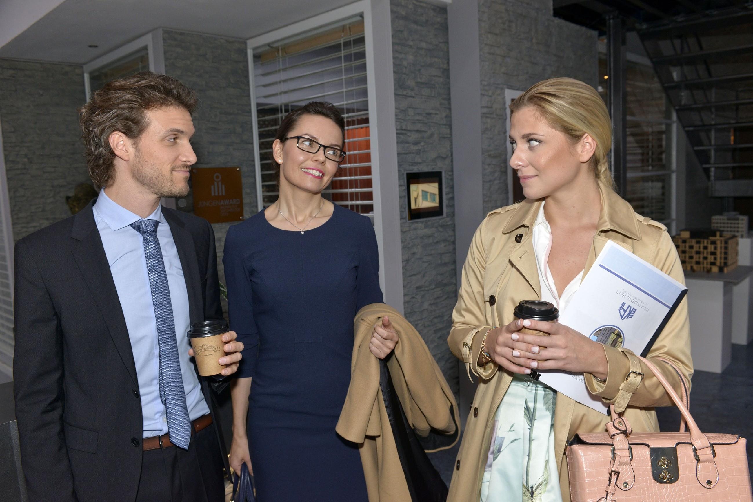 Sunny (Valentina Pahde) trifft im Büro auf Andrea Heinrichs (Yvonne Ernicke) und Felix (Thaddäus Meilinger) und fühlt sich bestätigt, dass Felix ein notorischer Flirter ist. (Quelle: RTL / Rolf Baumgartner)