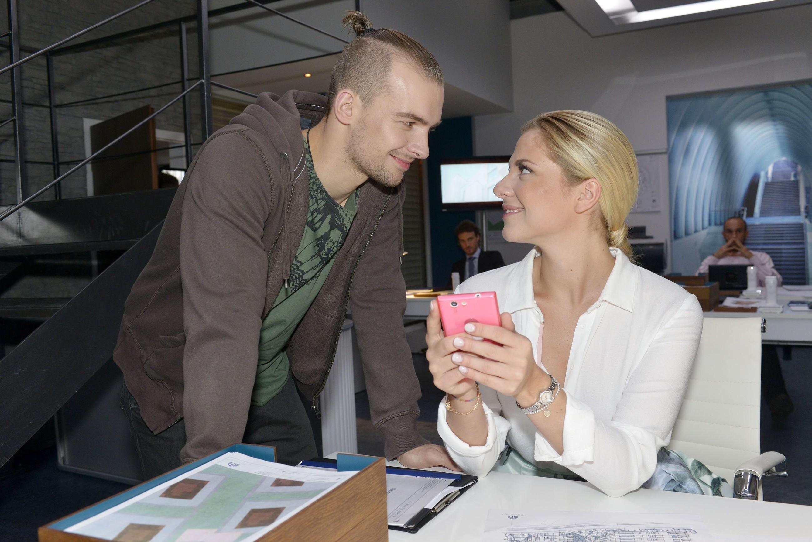 Chris (Eric Stehfest) freut sich sehr, dass Sunny (Valentina Pahde) mit ihm zusammenarbeiten will. (Quelle: RTL / Rolf Baumgartner)