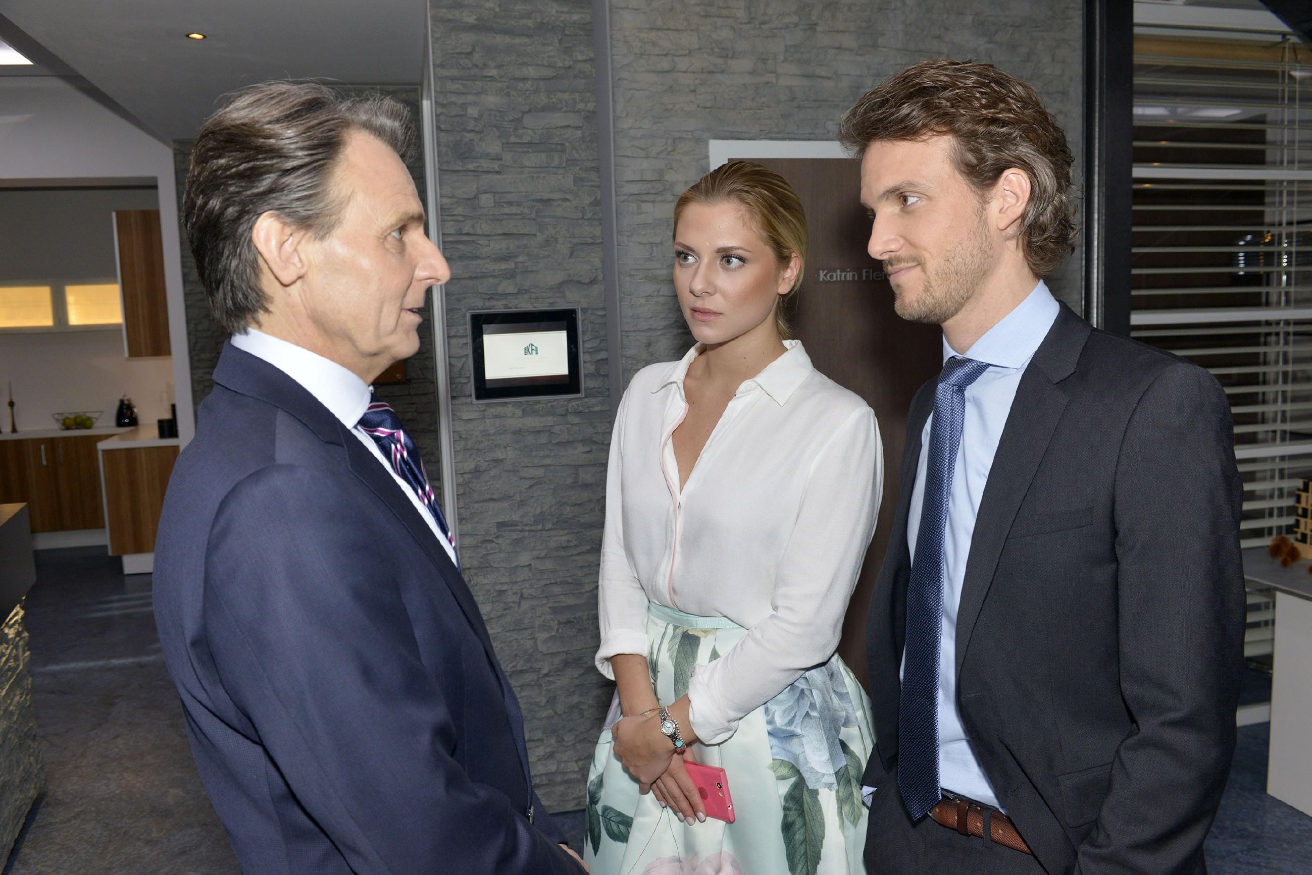 Im Gespräch mit Gerner (Wolfgang Bahro, l.) spürt Felix (Thaddäus Meilinger) enttäuscht, dass ihn Sunny (Valentina Pahde) immer noch auf Distanz hält. (Quelle: RTL / Rolf Baumgartner)