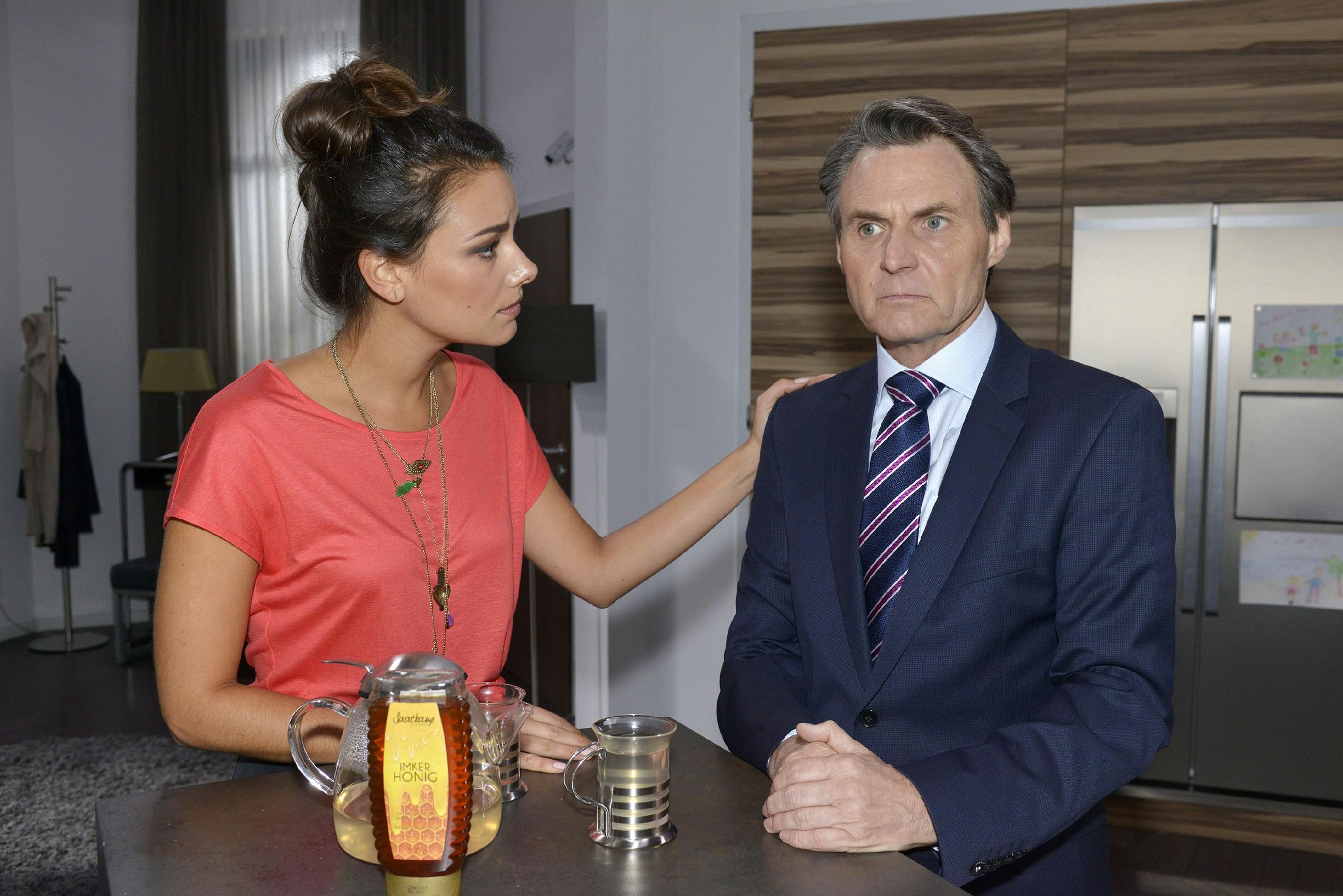 Jasmin (Janina Uhse) beschwört Gerner (Wolfgang Bahro), als Familie zusammenzuhalten. (Quelle: RTL / Rolf Baumgartner)