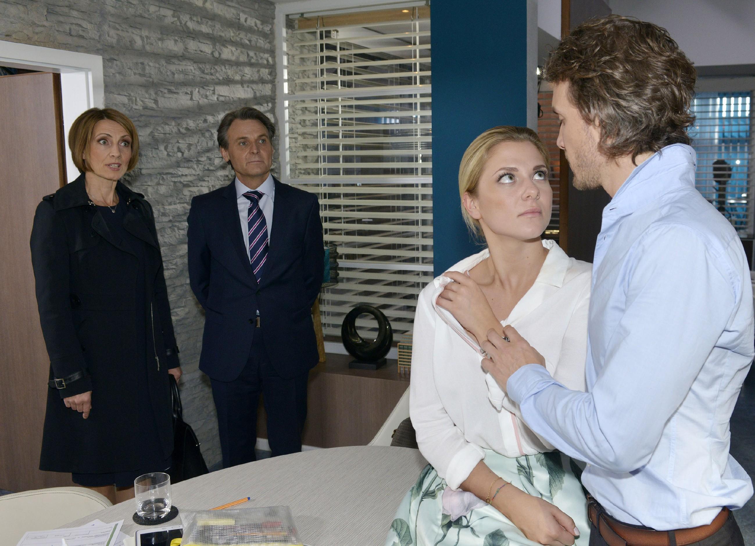 Sunny (Valentina Pahde, 2.v.r.) und Felix (Thaddäus Meilinger, r.) werden von Rosa (Joana Schümer) und Gerner (Wolfgang Bahro) in einem innigen Moment überrascht. (Quelle: RTL / Rolf Baumgartner)