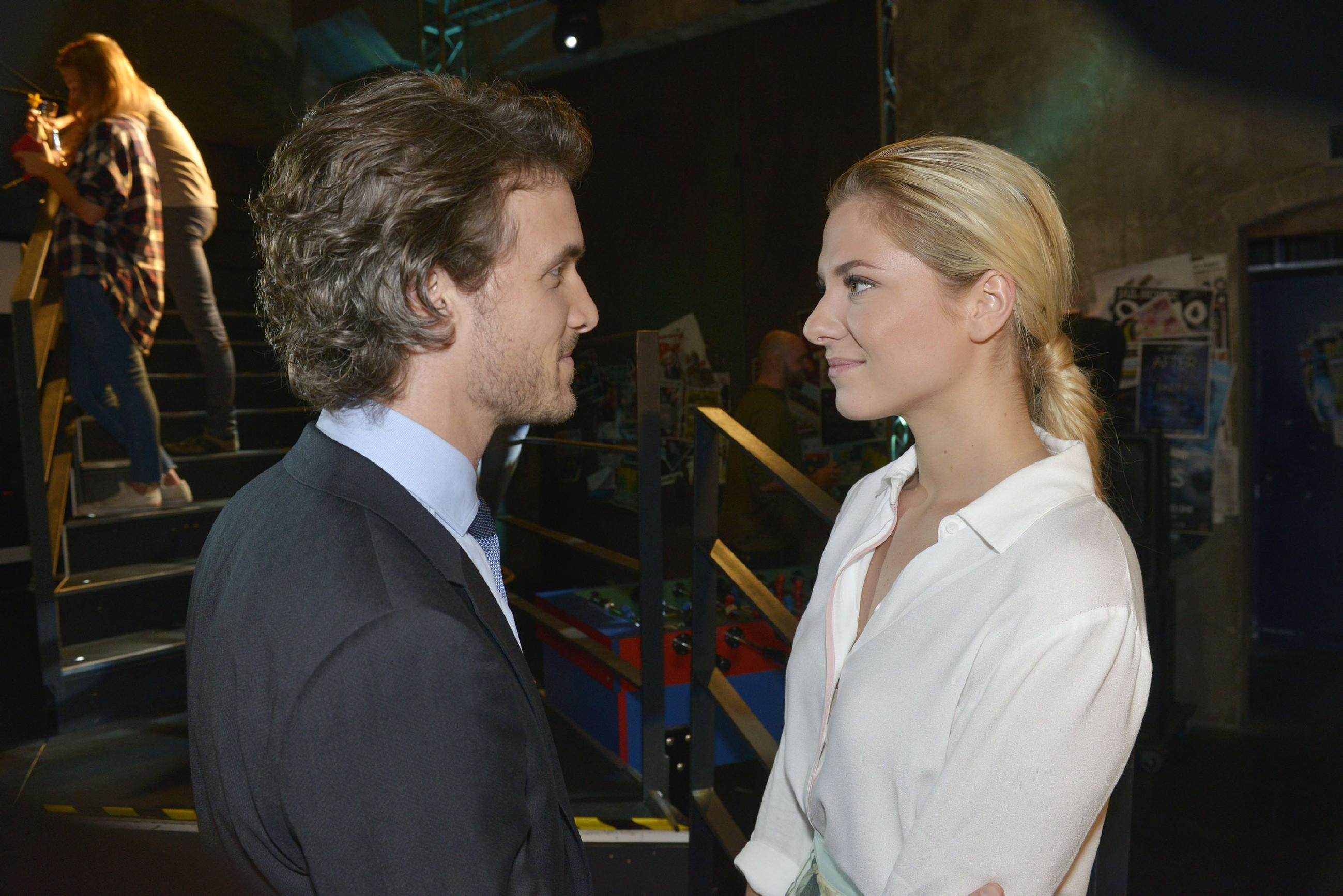 Felix (Thaddäus Meilinger) freut sich, dass mit Sunny (Valentina Pahde) die Zeichen immer mehr Richtung Beziehung deuten. (Quelle: RTL / Rolf Baumgartner)