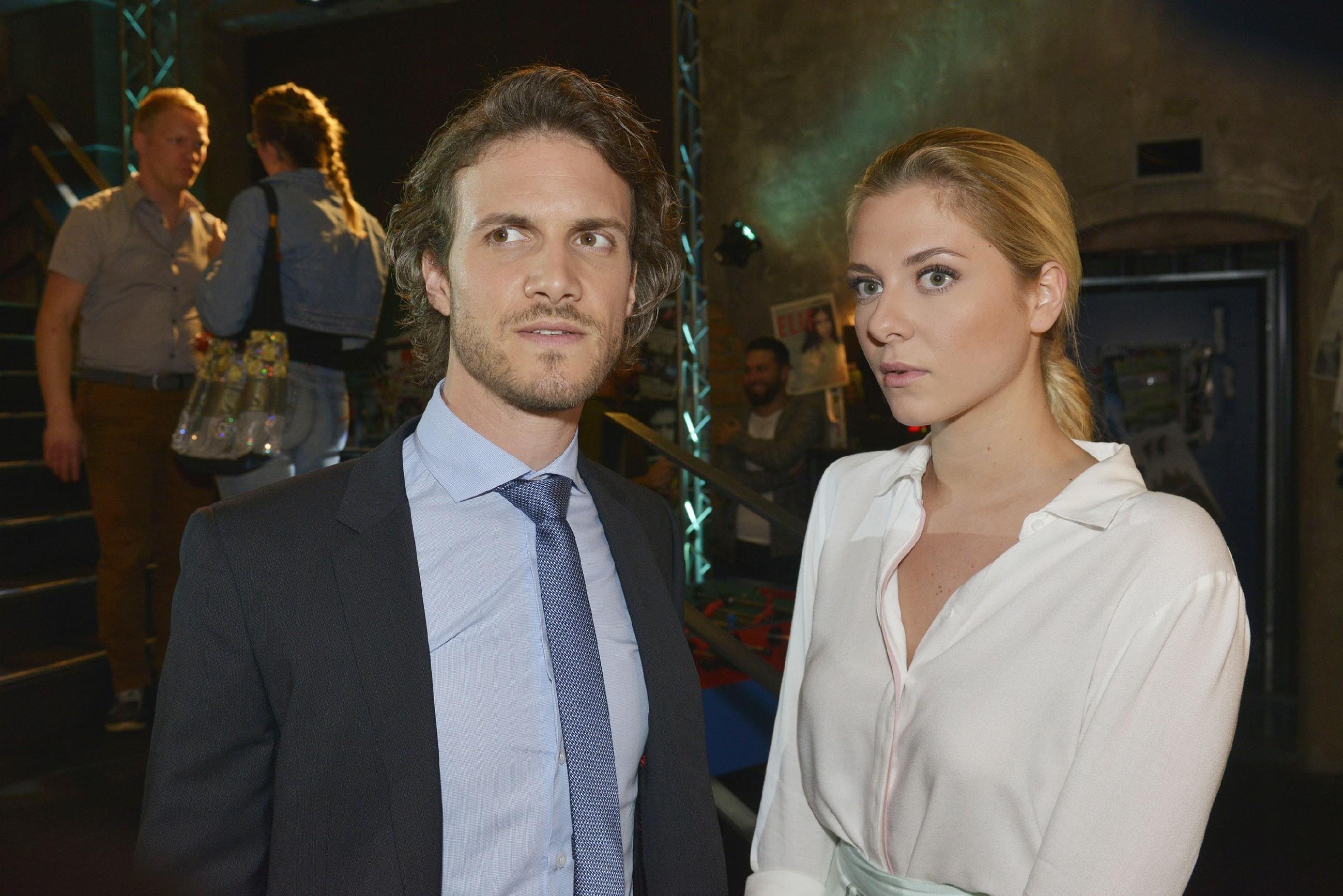 Felix (Thaddäus Meilinger) und Sunny (Valentina Pahde) sind froh, dass Gerner und Rosa den peinlichen Moment nicht weiter erwähnen. (Quelle: RTL / Rolf Baumgartner)