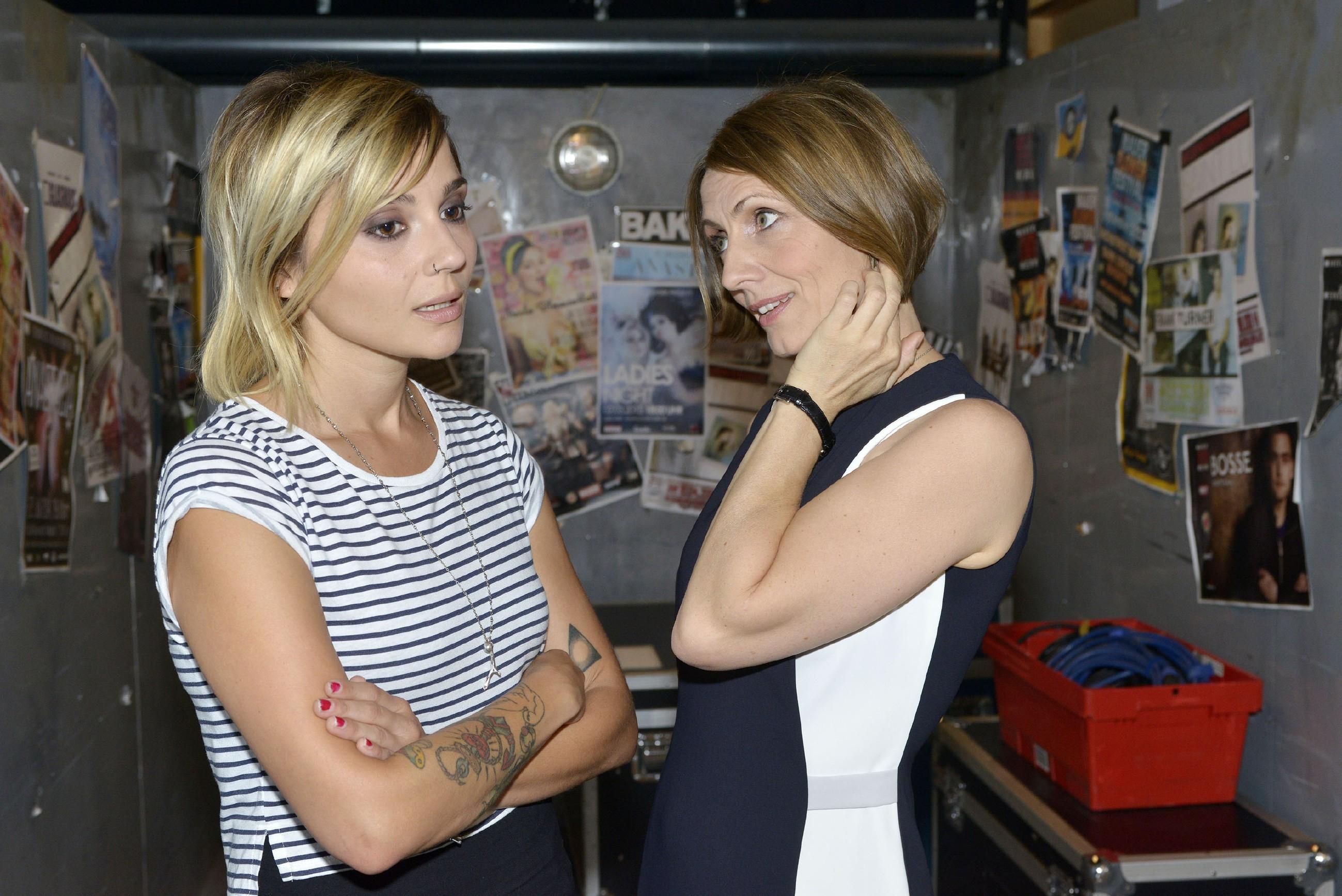 Als Anni (Linda Marlen Runge, l.) Rosa (Joana Schümer) etwas zu emotional ihr Doppelleben vorhält, sorgt sie unbewusst dafür, dass sich Rosas Blick auf Anni ändert... (Quelle: RTL / Rolf Baumgartner)
