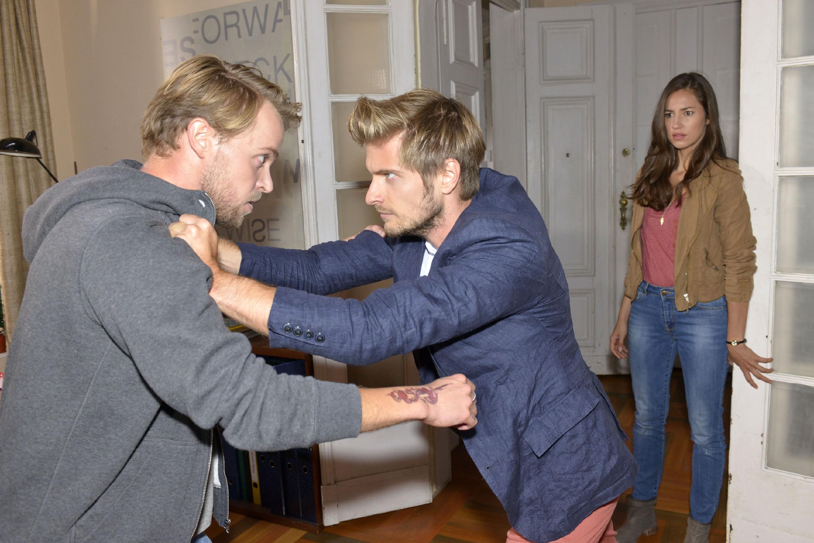 Elena (Elena Garcia Gerlach) muss mitansehen, wie Philip (Jörn Schlönvoigt, M.) versucht, Kai (Jonas Kim Lauenstein) an der Flucht mit dem erpressten Geld zu hindern... (Quelle: RTL / Rolf Baumgartner)