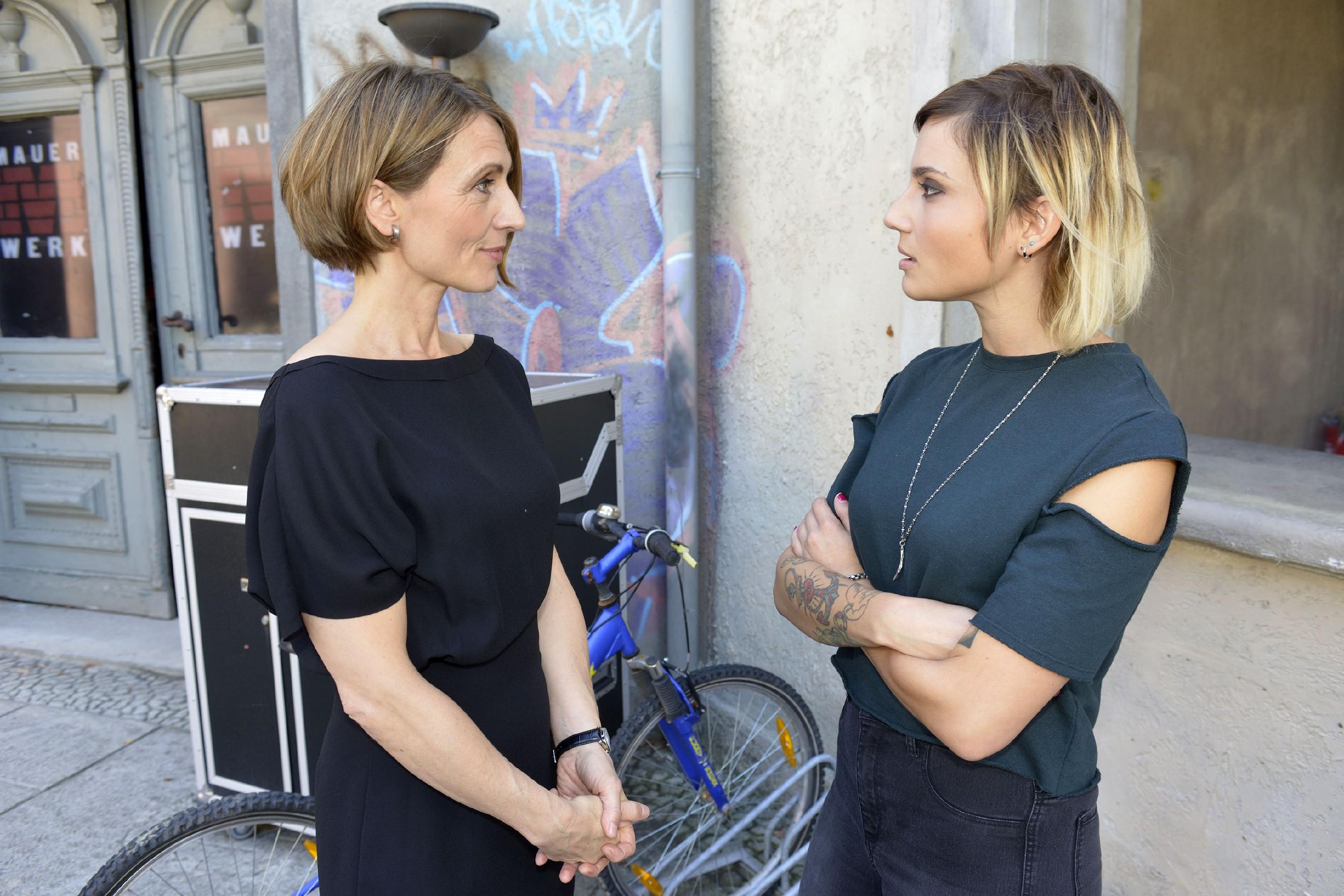 Auch wenn Anni (Linda Marlen Runge, r.) die Gegensätze zwischen Rosa (Joana Schümer) und ihr manchmal zum Wahnsinn treiben, hat sie weiter Spaß an der lockeren Affäre. (Quelle: RTL / Rolf Baumgartner)