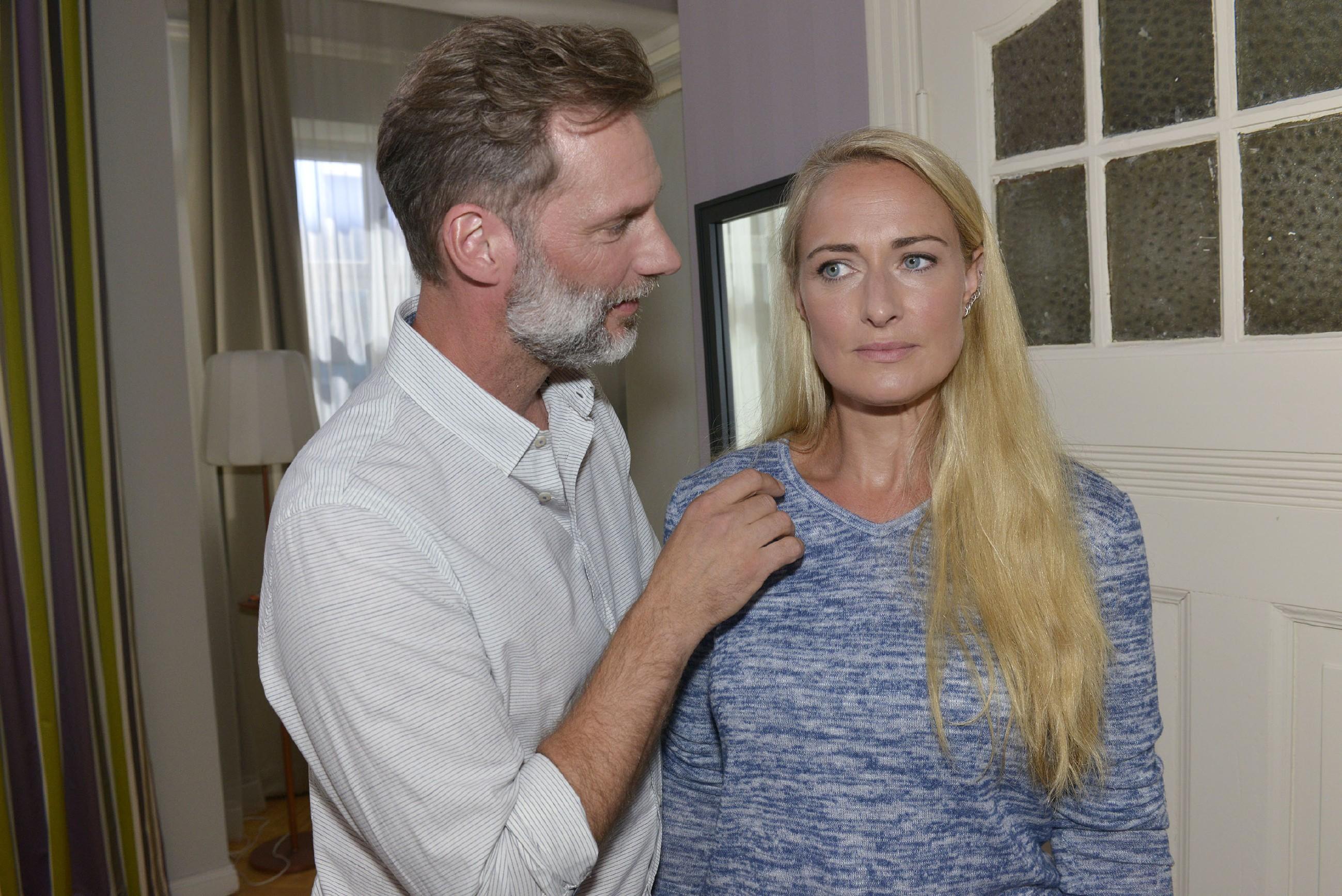 Maren (Eva Mona Rodekirchen) verordnet sich eine gesündere Ernährung und hofft auf Alexanders (Clemens Löhr) Unterstützung. (Quelle: RTL / Rolf Baumgartner)