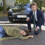 Felix (Thaddäus Meilinger) ist geschockt, als er realisiert, dass er Ayla (Nadine Menz) angefahren hat... (Quelle: RTL / Rolf Baumgartner)