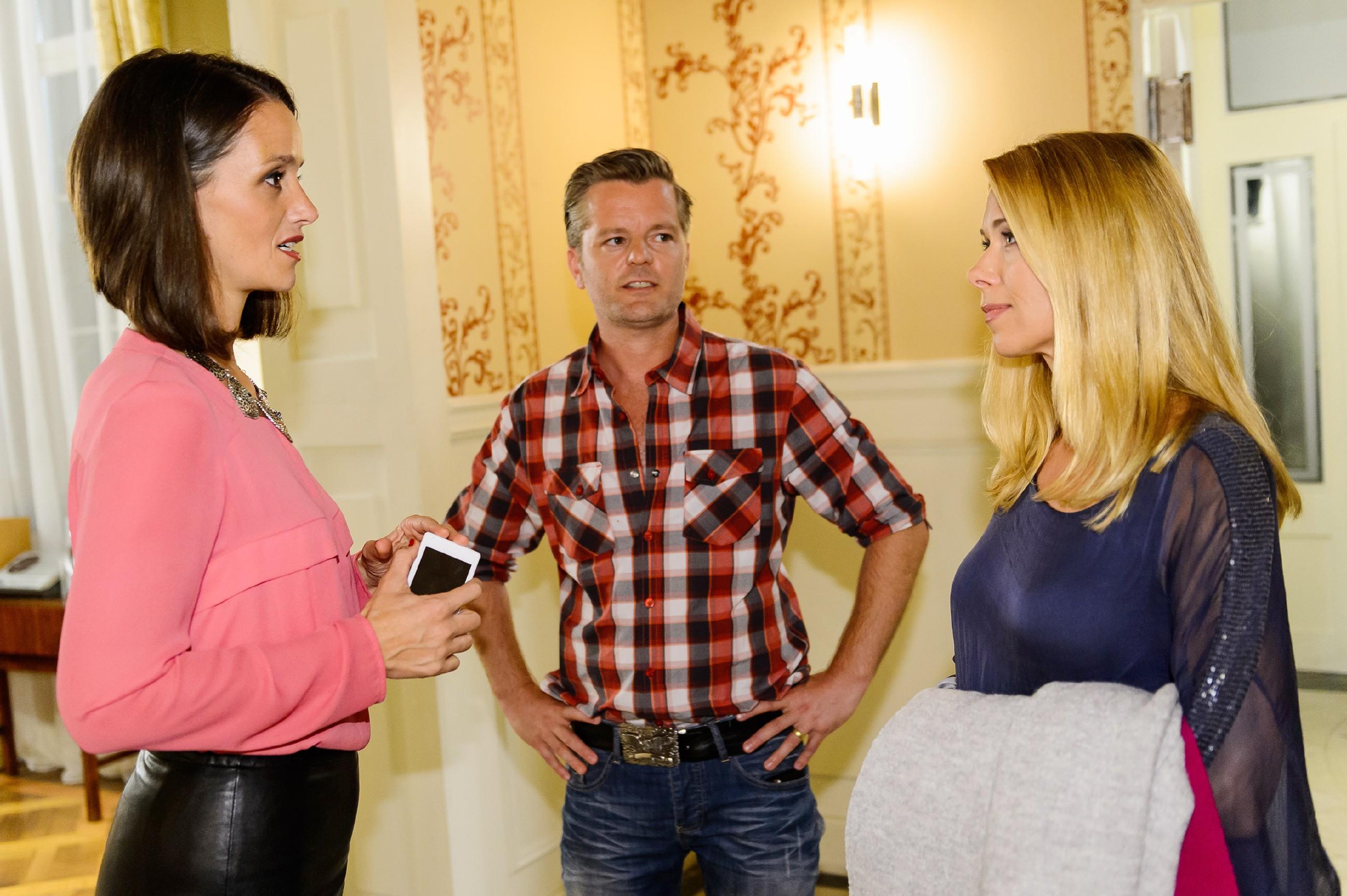 Gerade als Ingo (André Dietz) eine Gelegenheit bekommt, um mit Diana (Tanja Szewczenko, r.) zu sprechen, grätscht Jenny (Kaja Schmidt-Tychsen) dazwischen, die Diana mit dem Sex-Video von Marie erpresst... (Quelle: RTL / Willi Weber)