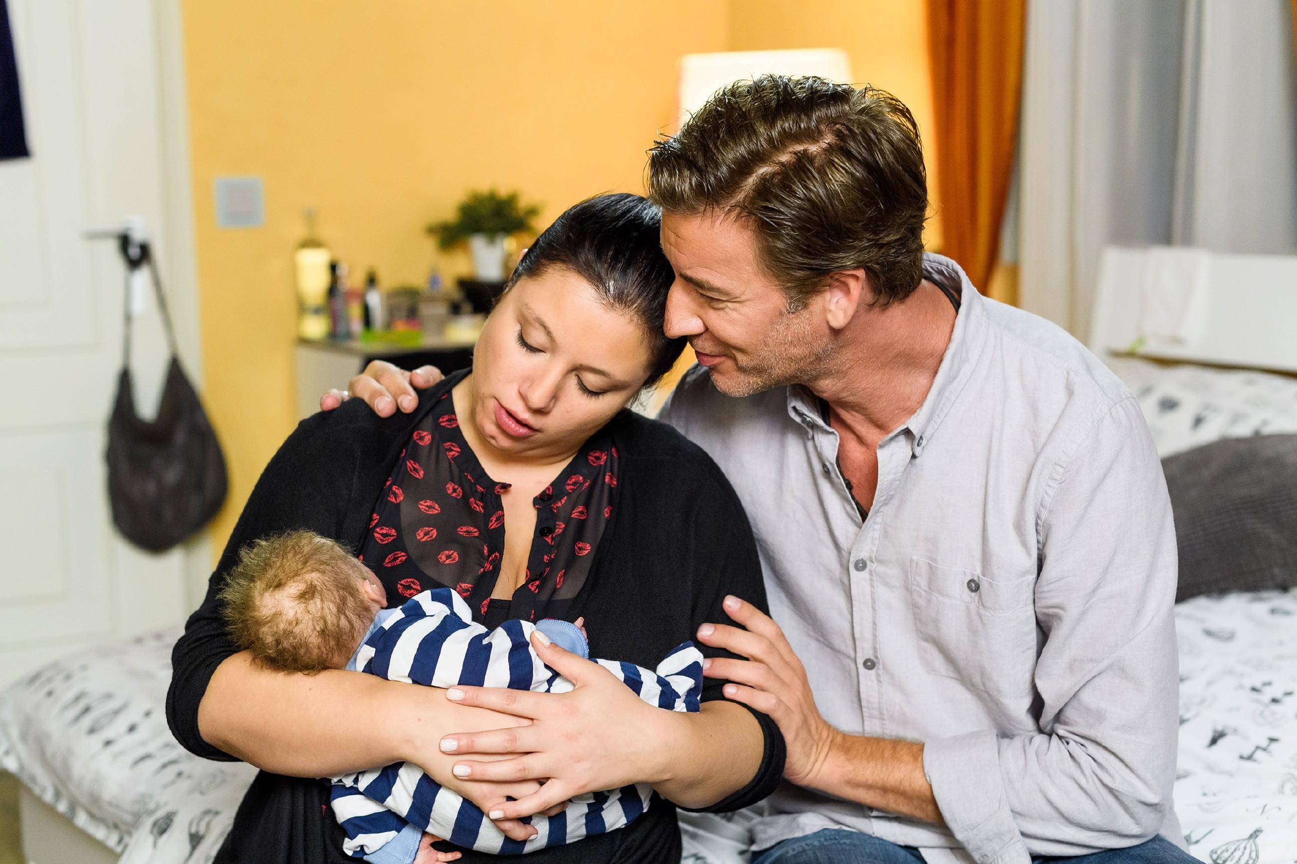 Vanessa (Julia Augustin) und Christoph (Lars Korten) sind glücklich, mit Baby Henry endlich zu Hause zu sein und freuen sich auf einen ruhigen, ersten Tag als Familie. (Quelle: RTL / Willi Weber)