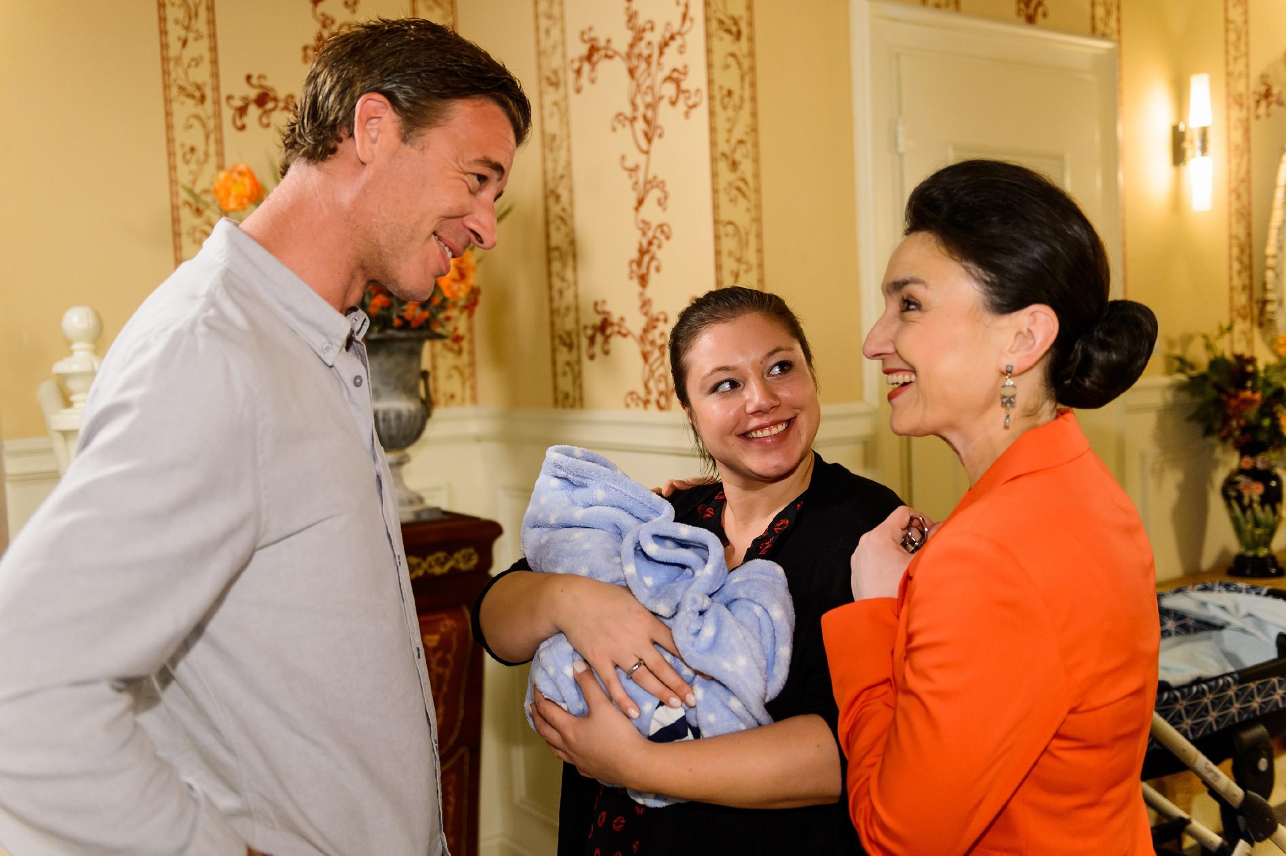 Simone (Tatjana Clasing, r.) wird durch Christophs (Lars Korten) und Vanessas (Julia Augustin) Familienglück schmerzhaft vor Augen geführt, wie sehr Richard fehlt. (Quelle: RTL / Willi Weber)
