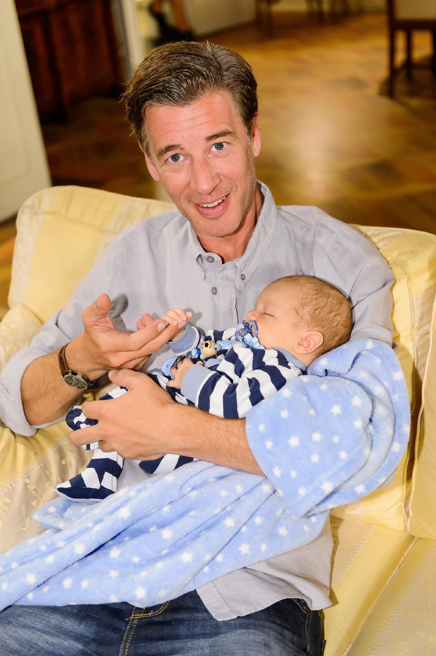Der frisch gebackene Papa Christoph (Lars Korten) freut sich, dass Baby Henry so herzlich im Kreis der Freunde aufgenommen wird. (Quelle: RTL / Willi Weber)