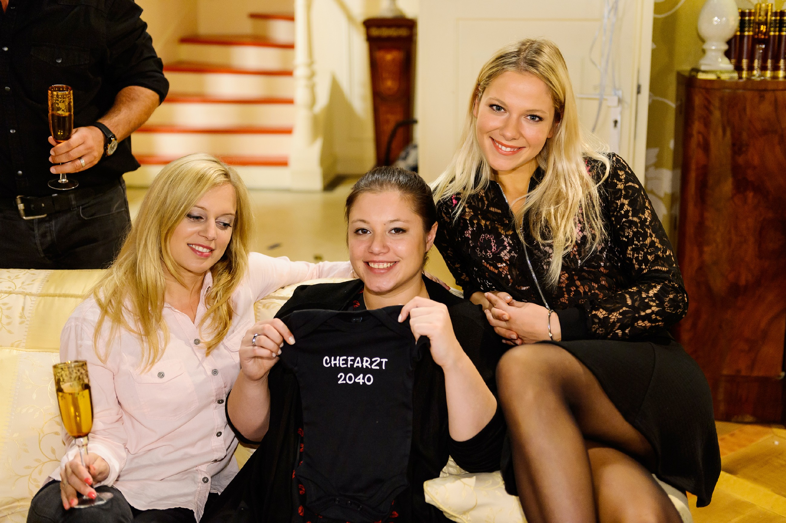 Vanessa (Julia Augustin, M.) und Christoph werden mit einer spontanen Babyfeier überrascht, zu der auch Lena …(Juliette Greco, l.) und Marie (Cheyenne Pahde) gekommen sind. (Quelle: RTL / Willi Weber)