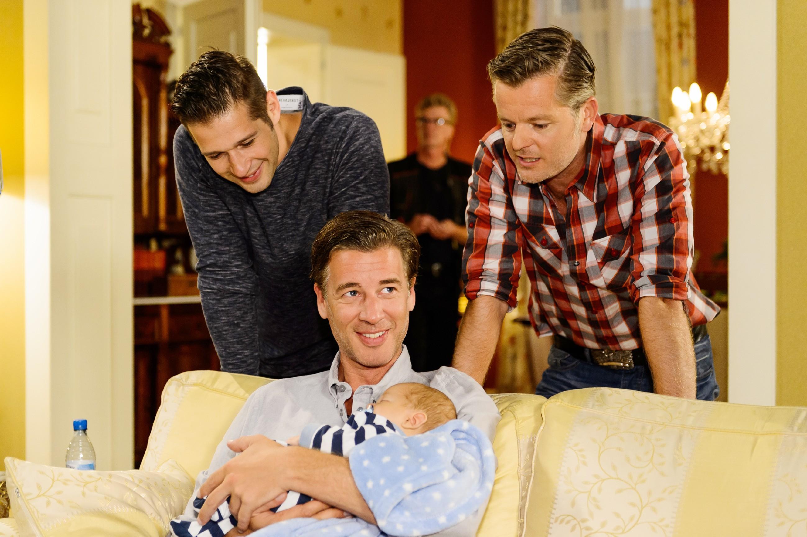 Deniz …(Igor Dolgatschew, l.) und Ingo (AndréŽ Dietz) beglückwünschen Christoph (Lars Korten) zur Geburt seines Sohnes Henry. (Quelle: RTL / Willi Weber)